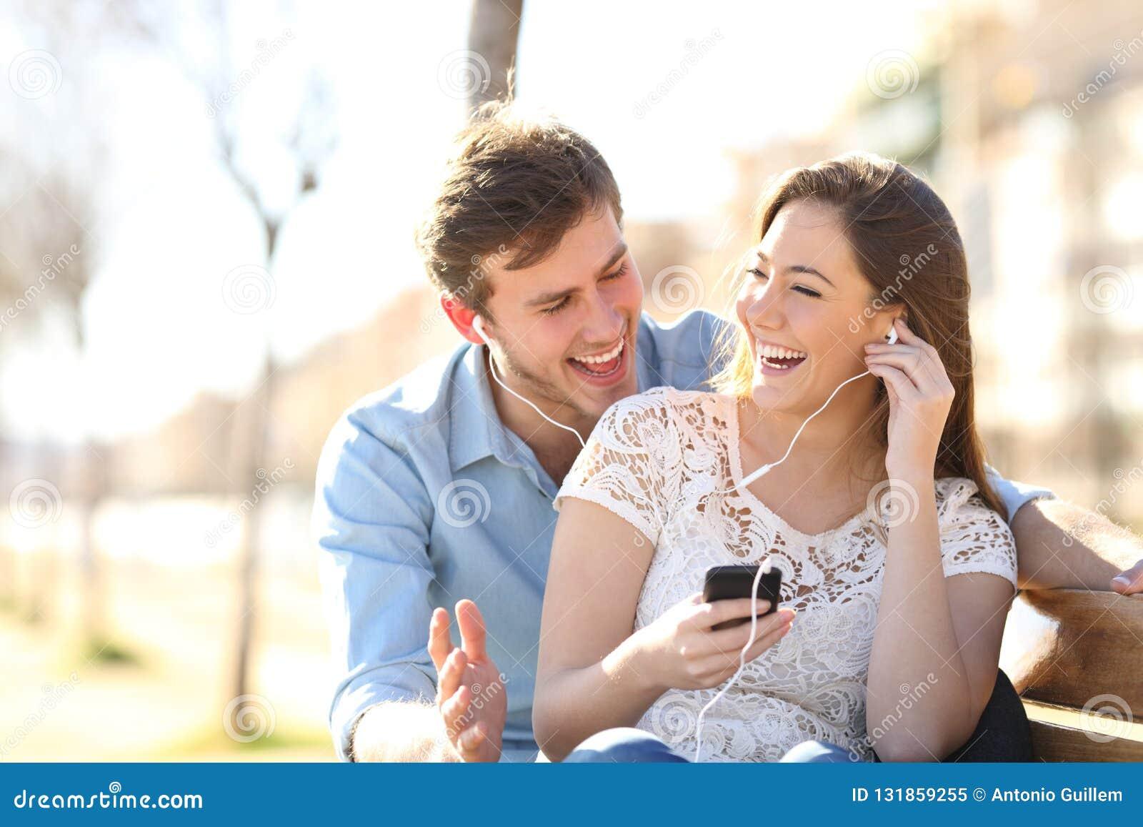 Glade par som tillsammans lyssnar till online-musik