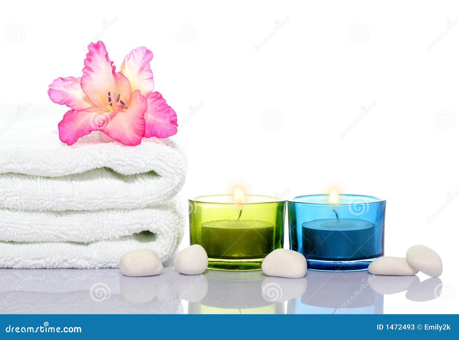 Gladiola, witte handdoek, kaarsen en witte rivierstenen