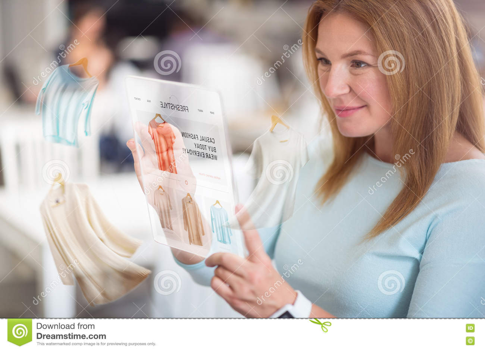 Gladlynt angenäm kvinnaköpande beklär direktanslutet