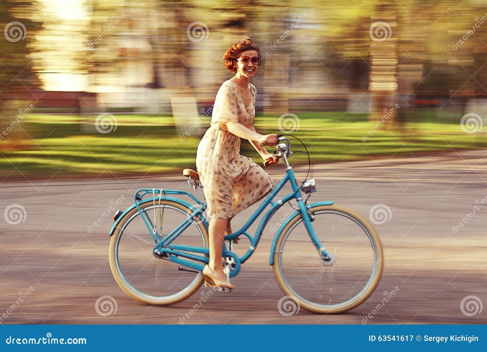 Gladlynt flicka på en cykel