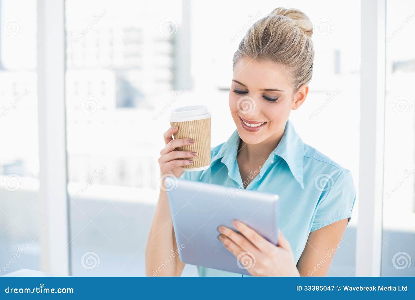 Gladlynt flott kvinna som använder hållande kaffe för minnestavla