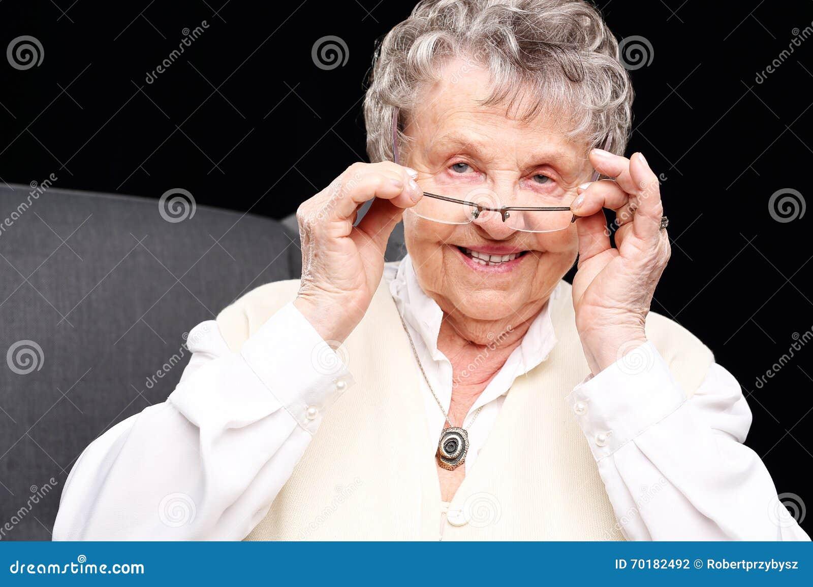 Gladlynt gammal kvinna