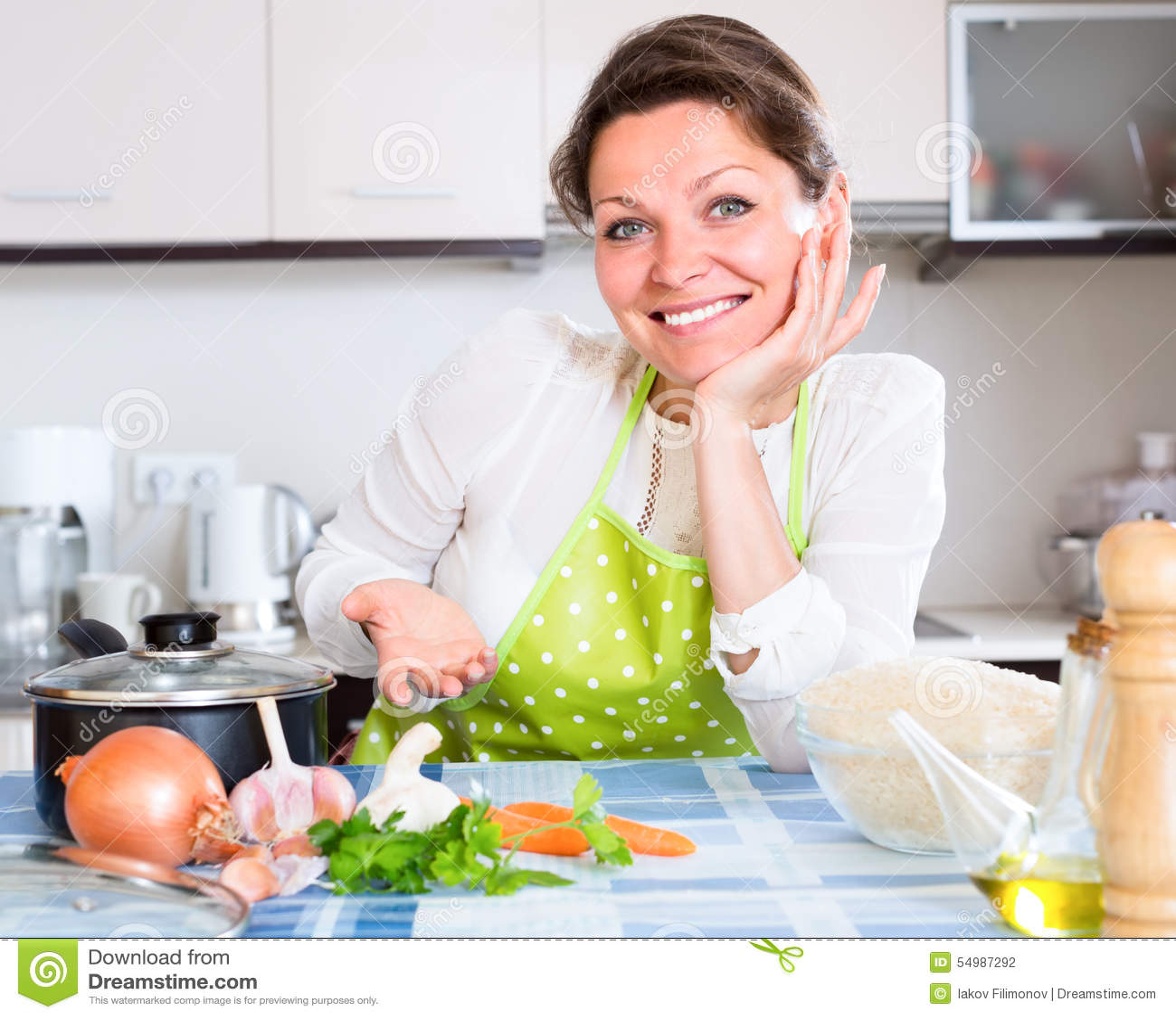 Gladlynt hemmafru i modernt kök