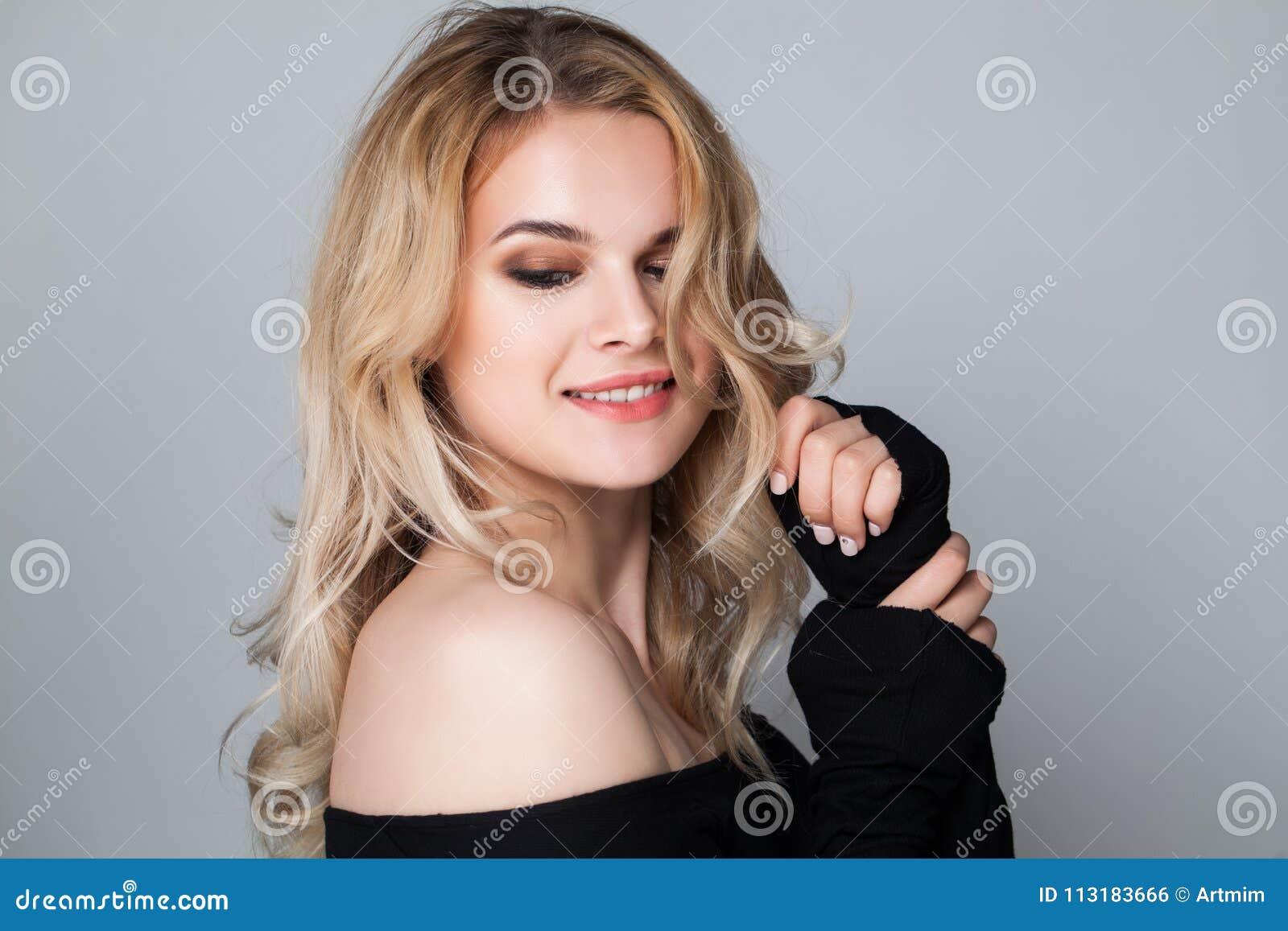 Gladlynt kvinna med den blonda frisyren