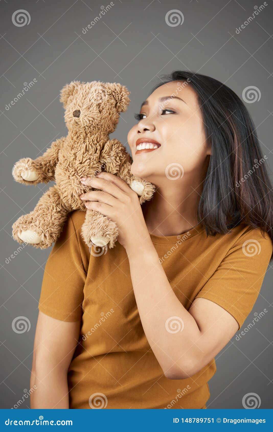 Gladlynt kvinna med den v?lfyllda leksaken