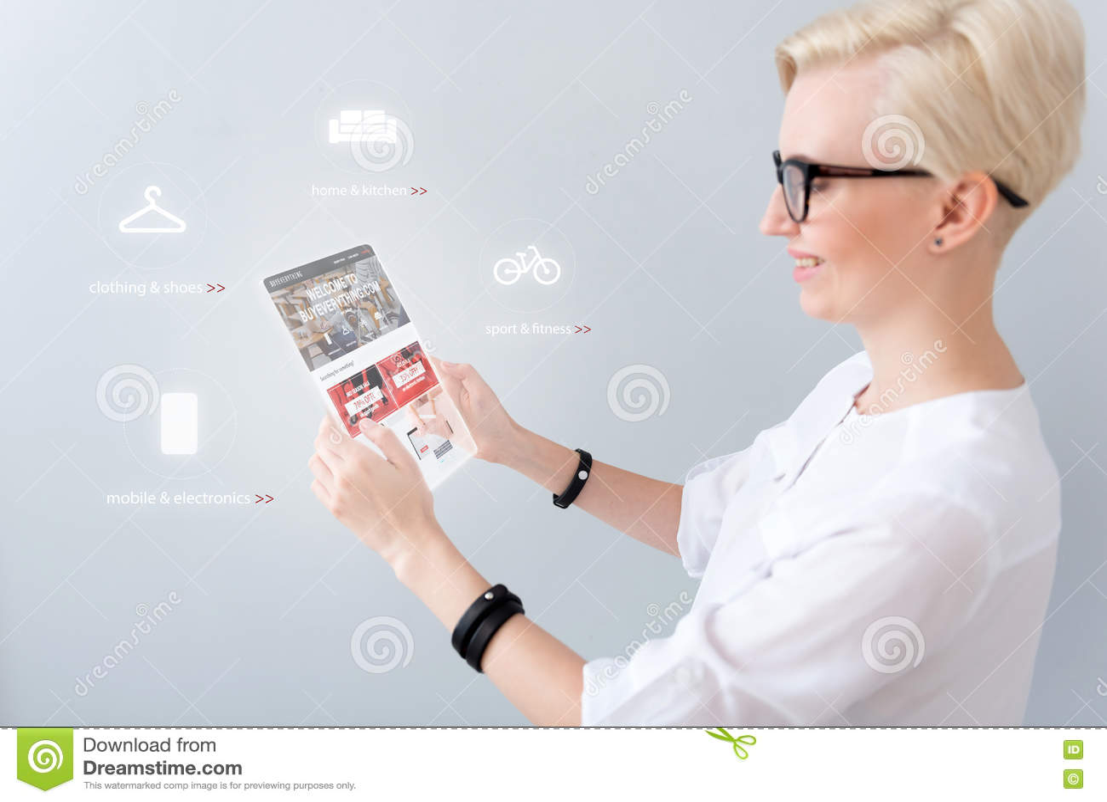 Gladlynt kvinna som använder minnestavlan