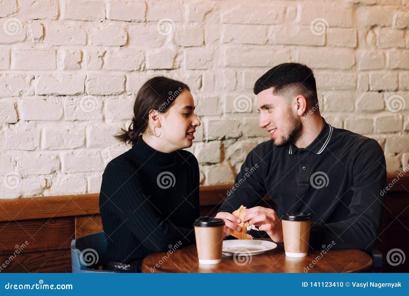 Gladlynt man och kvinnliga vänner som tillsammans tycker om fri tid