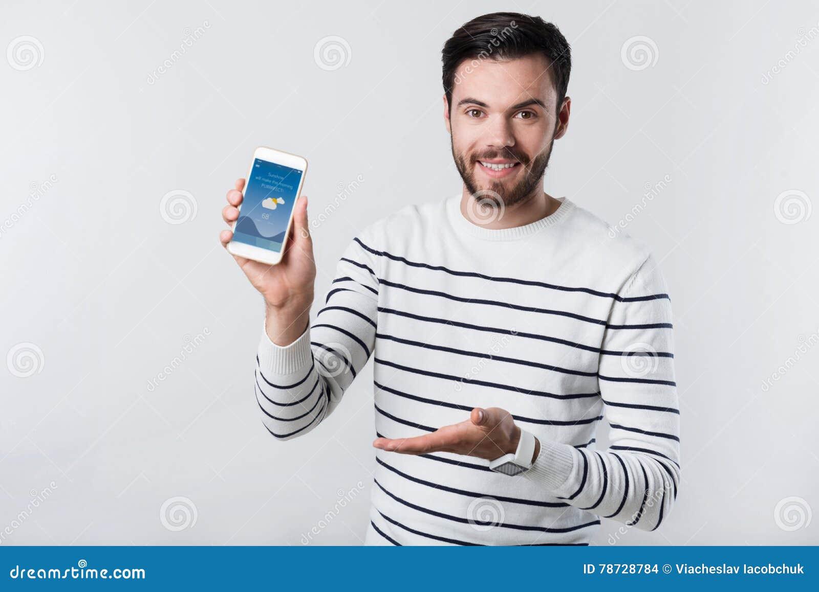 Gladlynt maninnehav och pekasmartphone