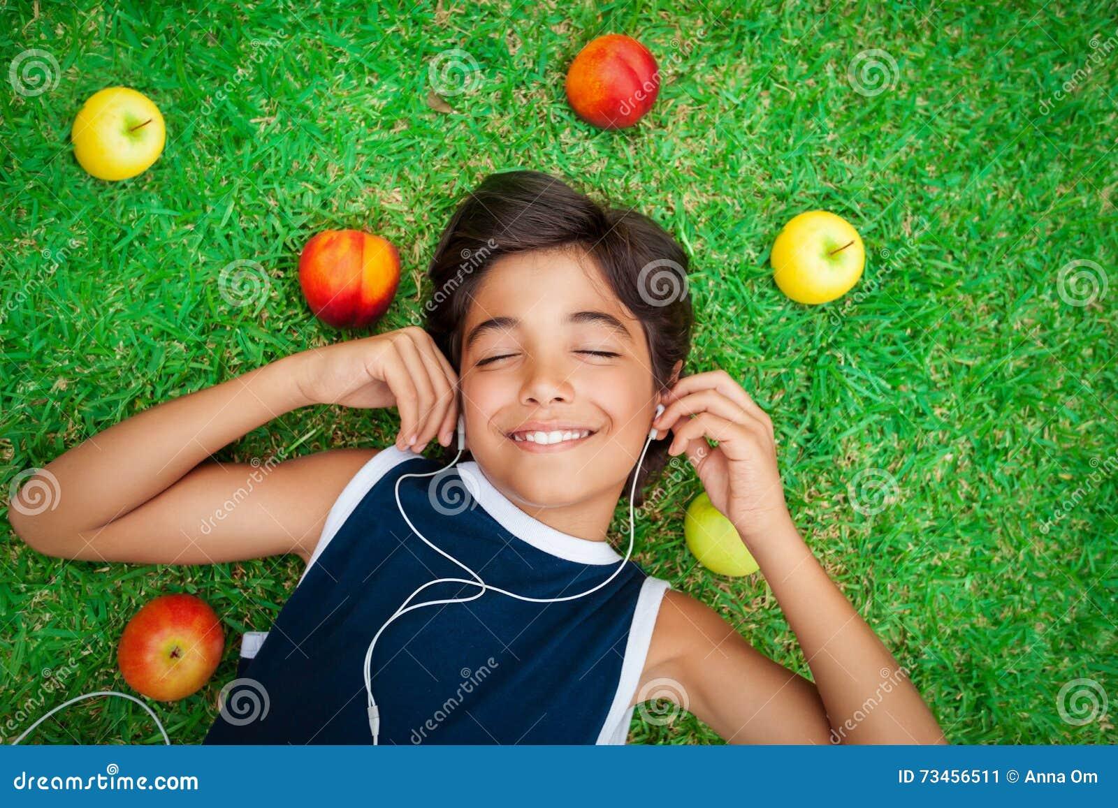 Gladlynt pojke som lyssnar till musik