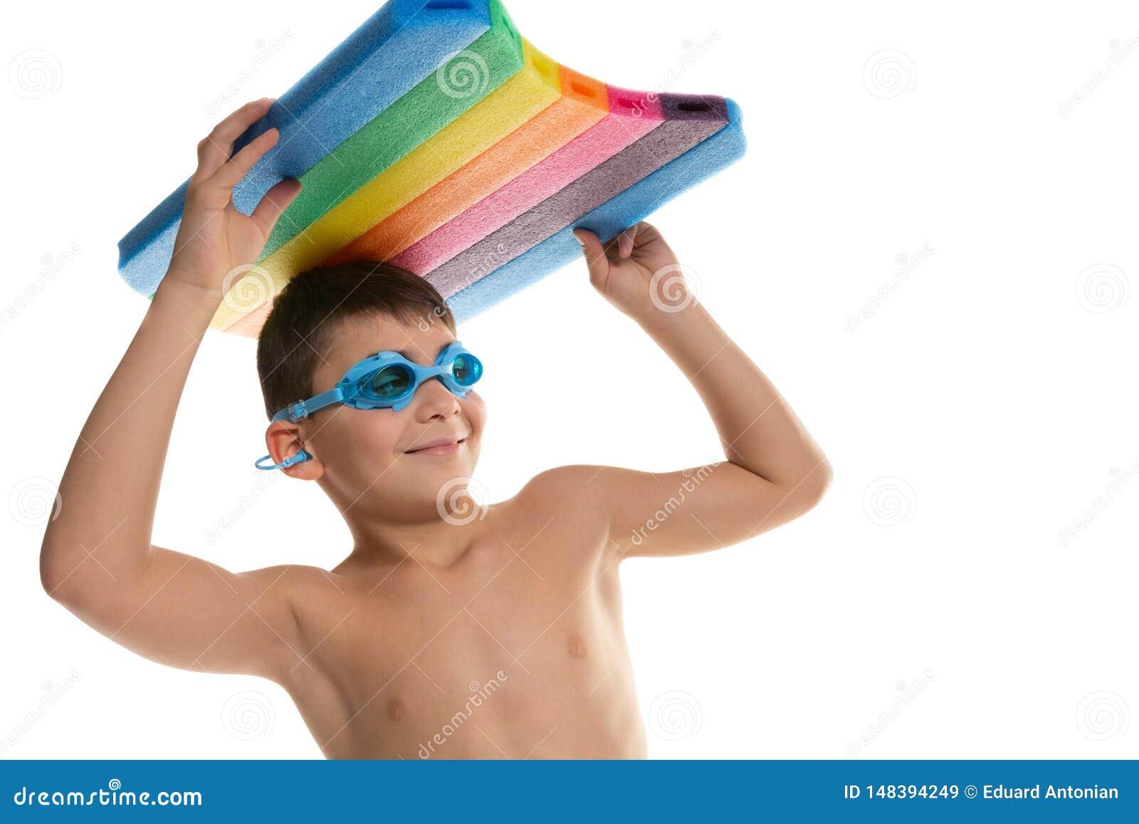 Gladlynt pojkesimmare, i att simma exponeringsglas och med ett bräde för att simma ovanför hans huvud, begrepp av sporten och liv