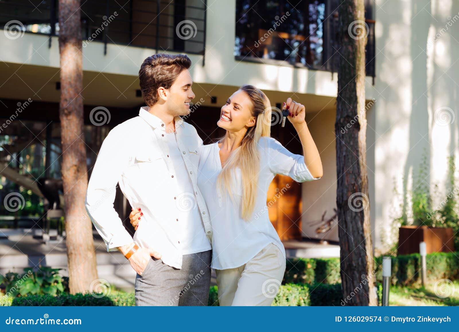 Gladlynt positivt gift par som köper ett hus