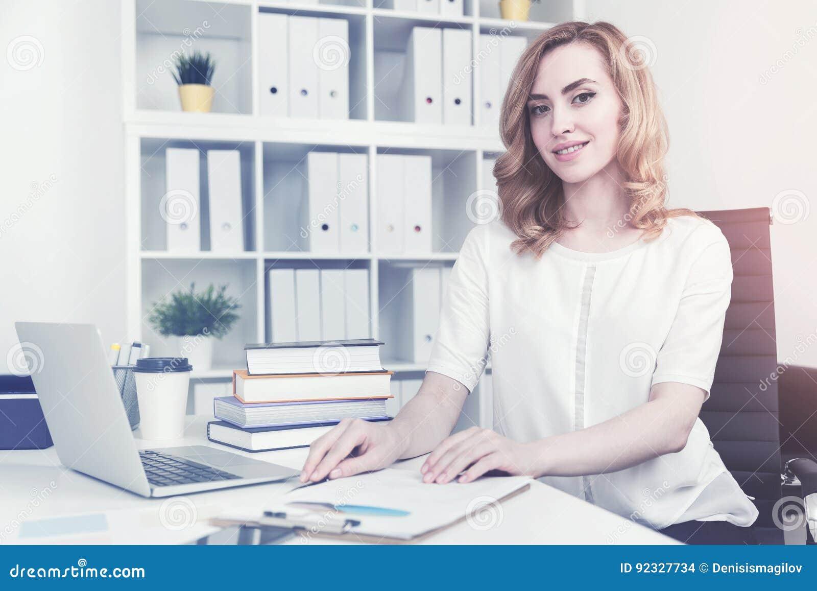 Gladlynt röd haired affärskvinna som tonas
