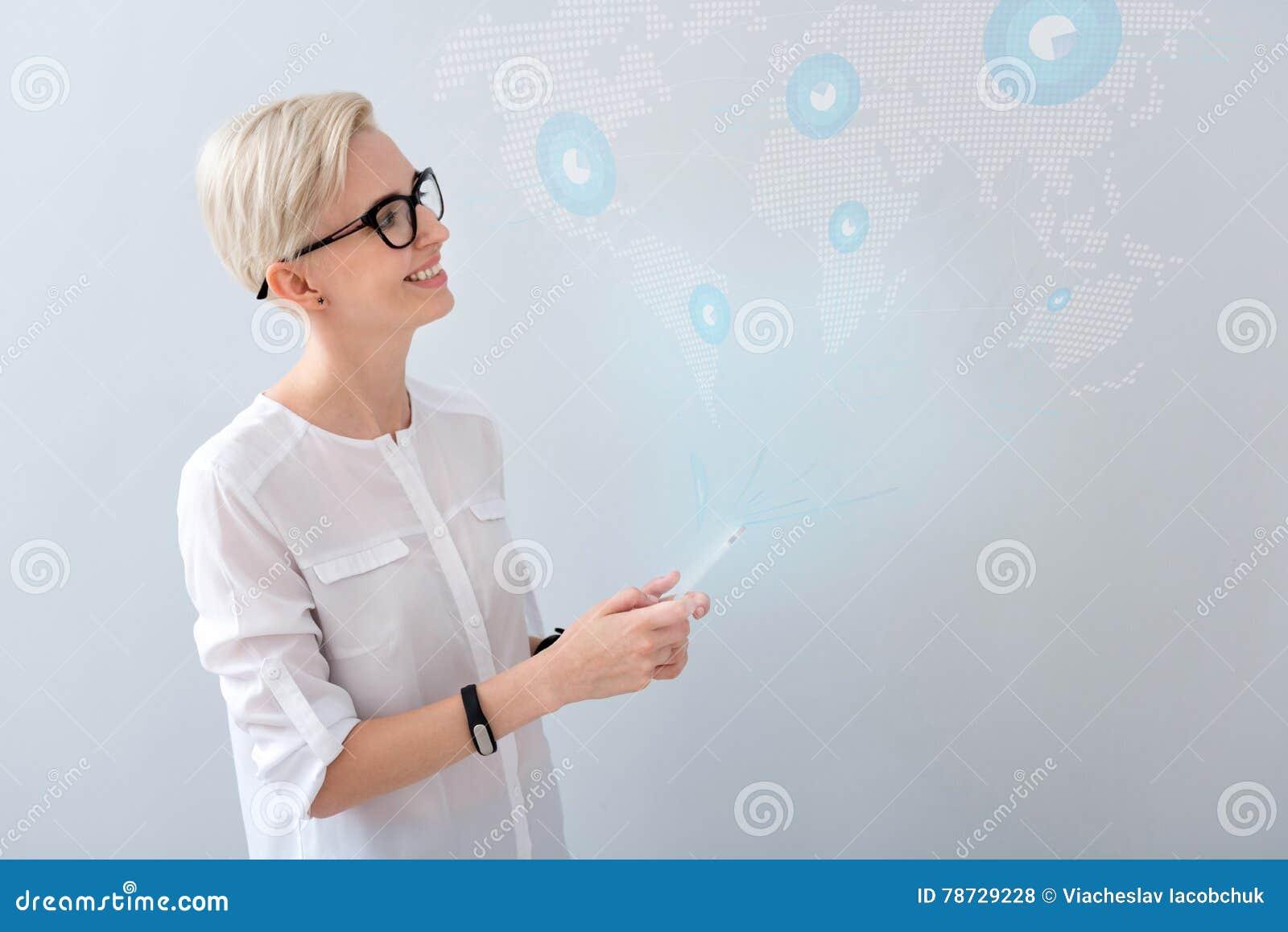 Gladlynt telefon för cell genom att använda kvinnan