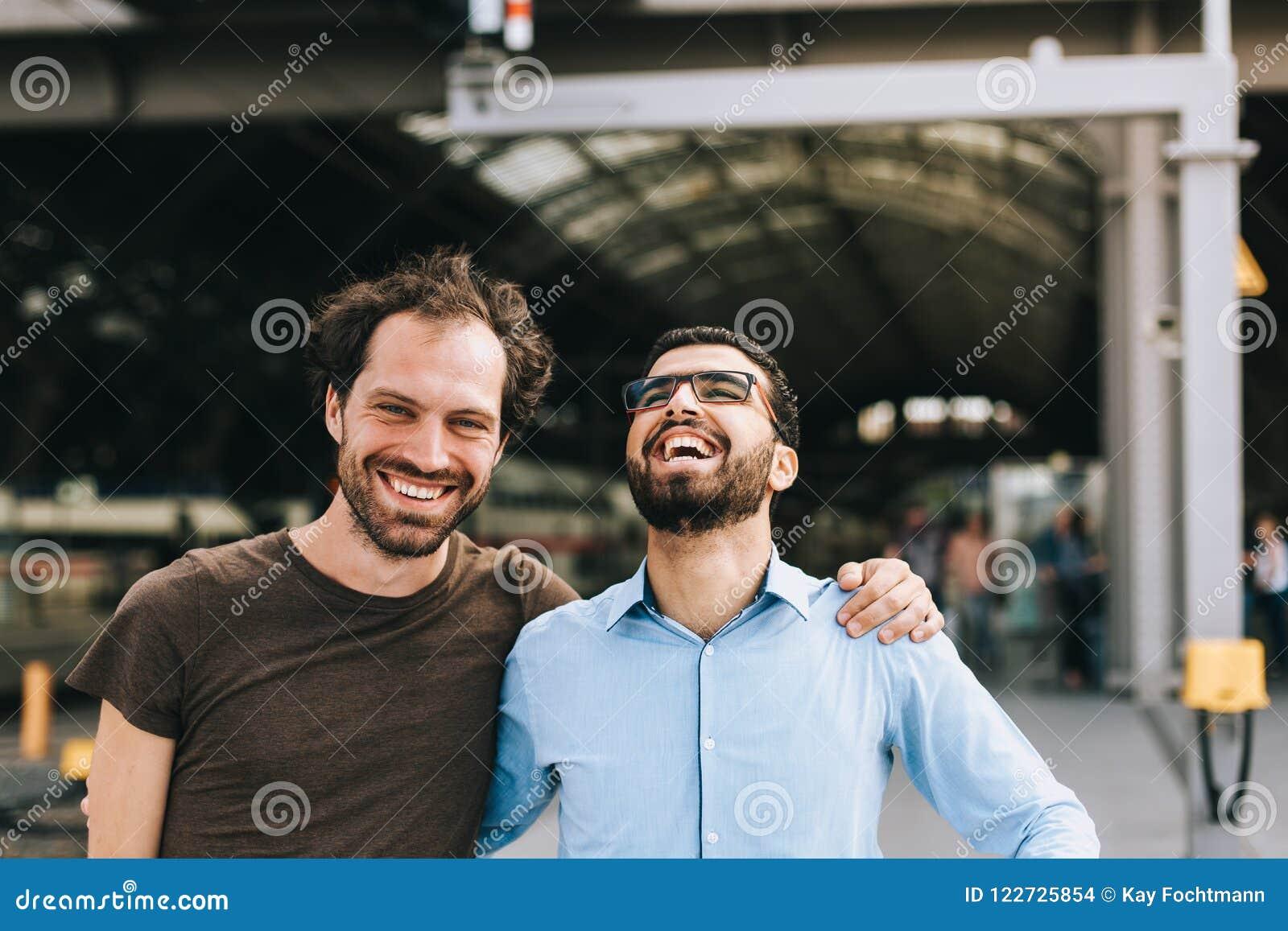 Gladlynt tyskt och syrianskt skratta för män