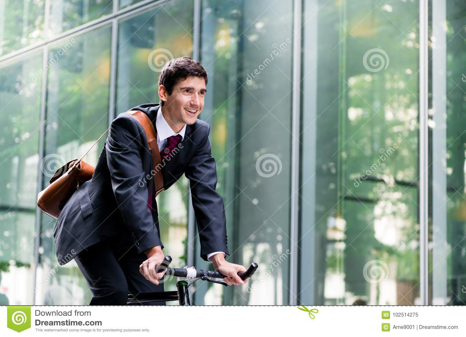 Gladlynt ung anställd som rider en nytto- cykel i Berlin