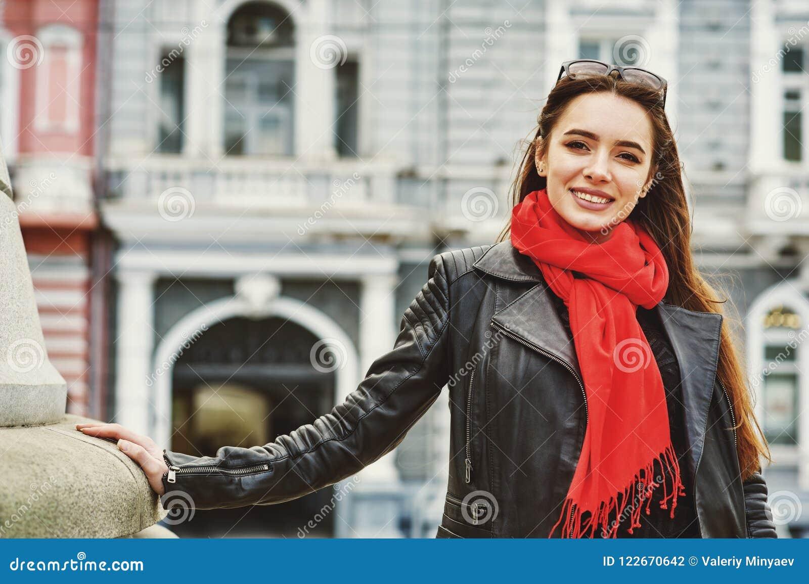 Gladlynt ung kvinna på gatorna av den europeiska staden