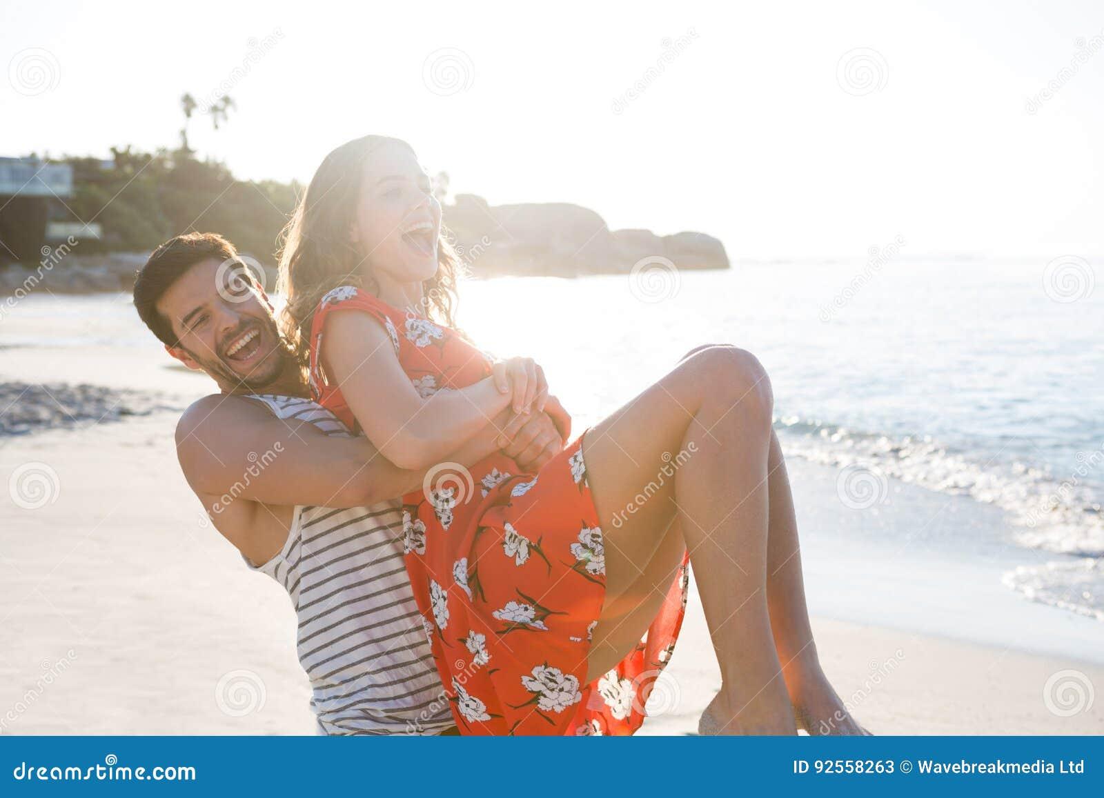 Gladlynta barnpar som tycker om på stranden
