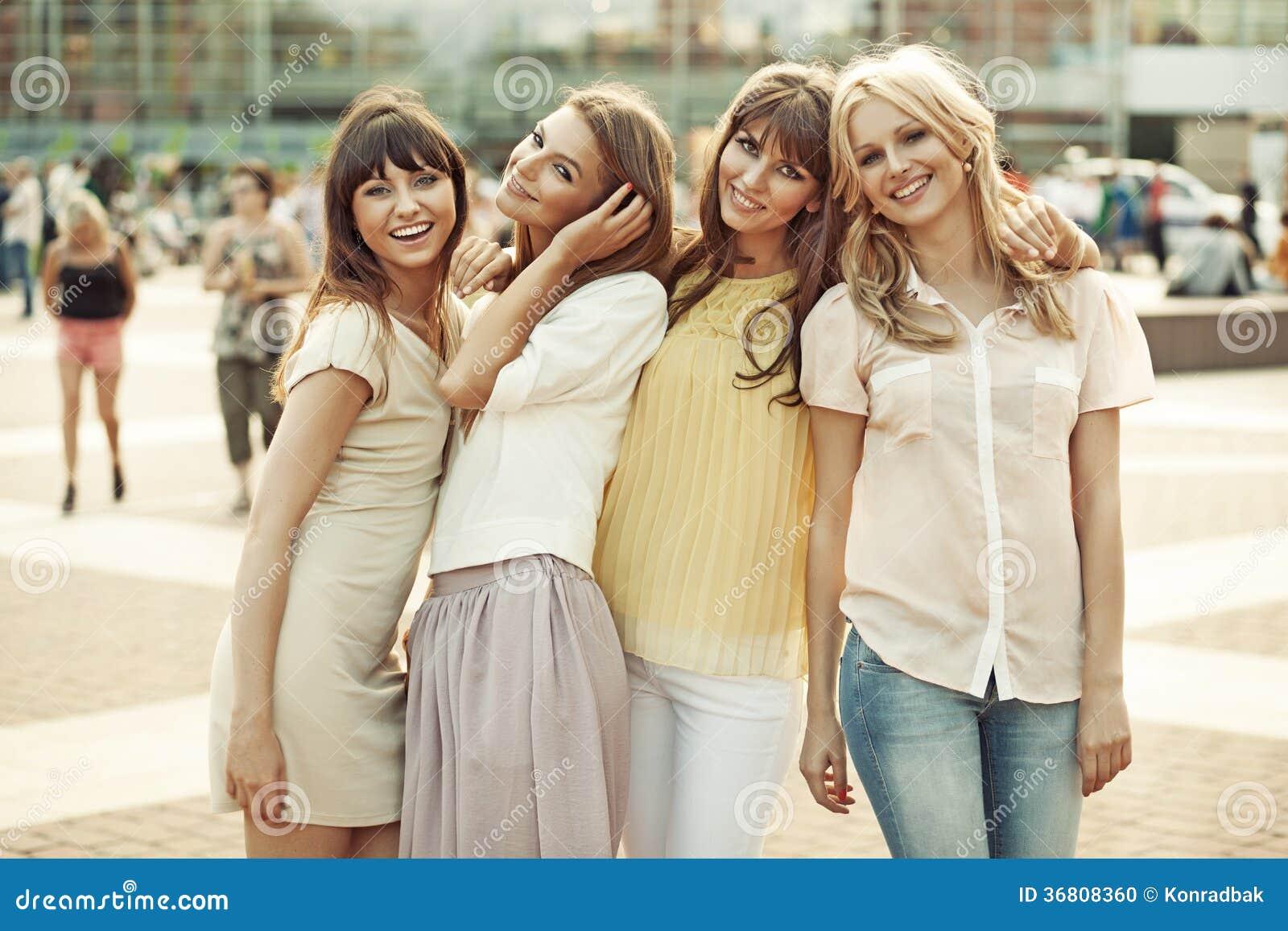 Gladlynta damer i mitt av fyrkanten