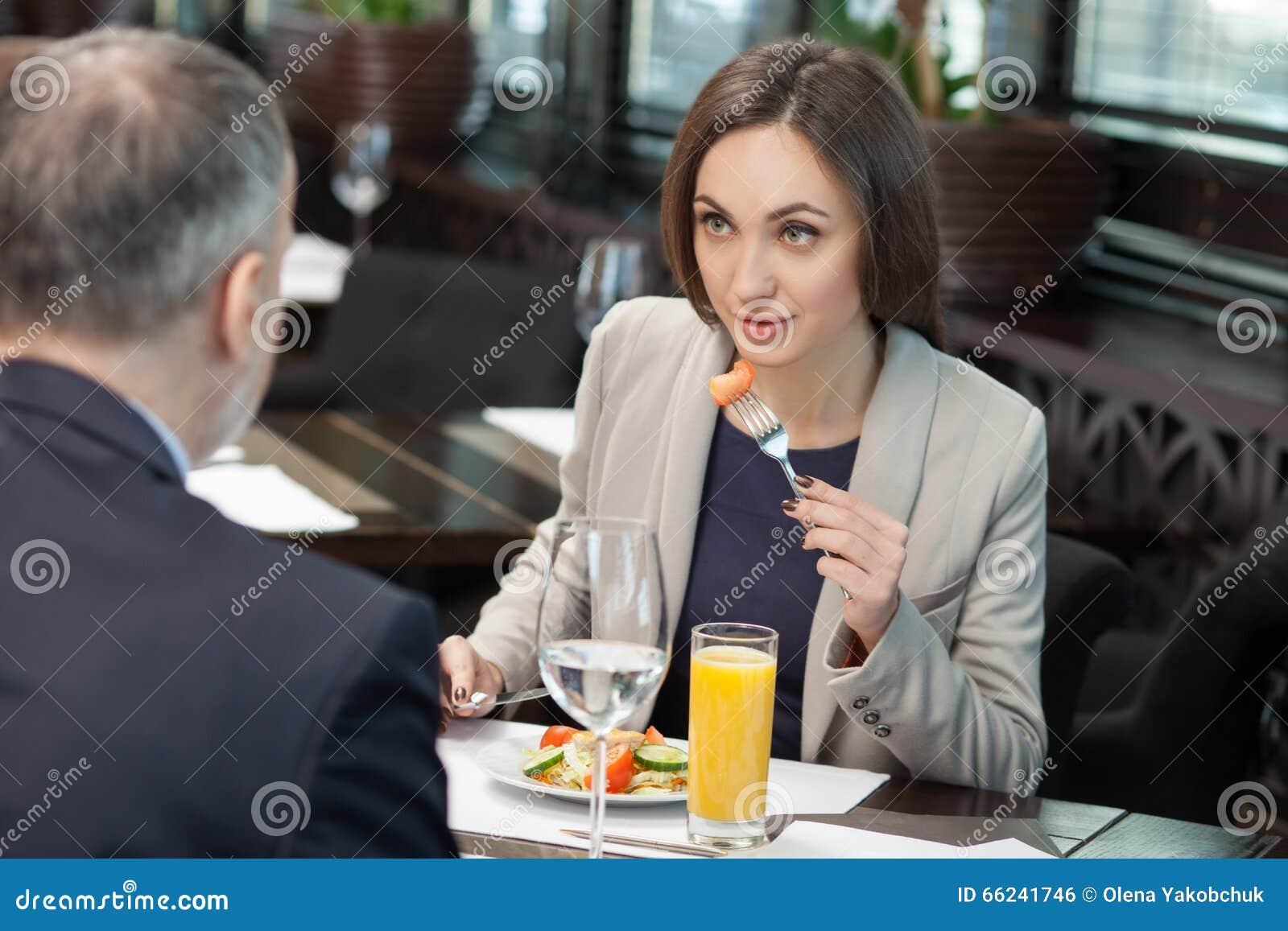 Gladlynta kollegor har ett möte i restaurang