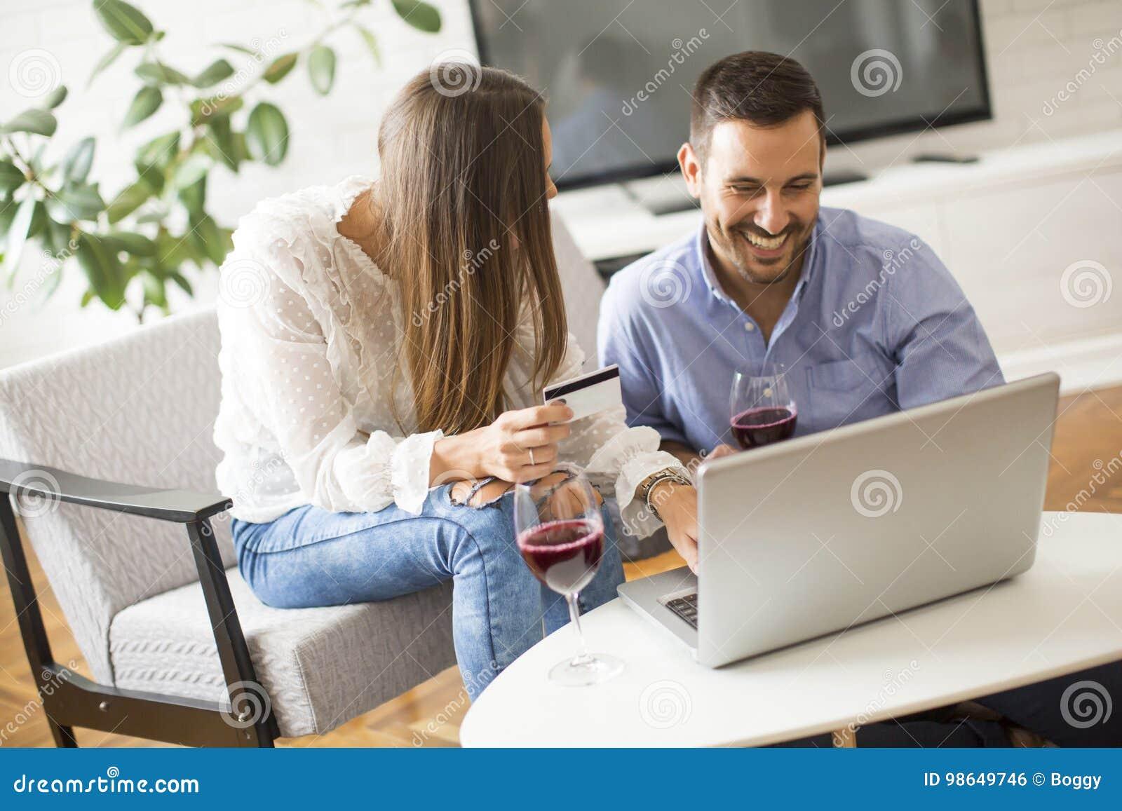 Gladlynta par som söker internet och direktanslutet shoppar