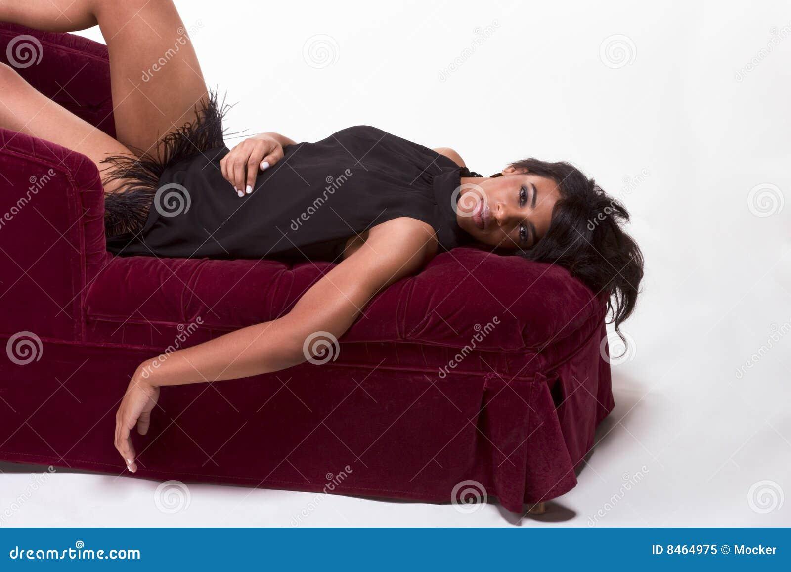 Glamorös model röd kvinna för afro amerikansk soffa