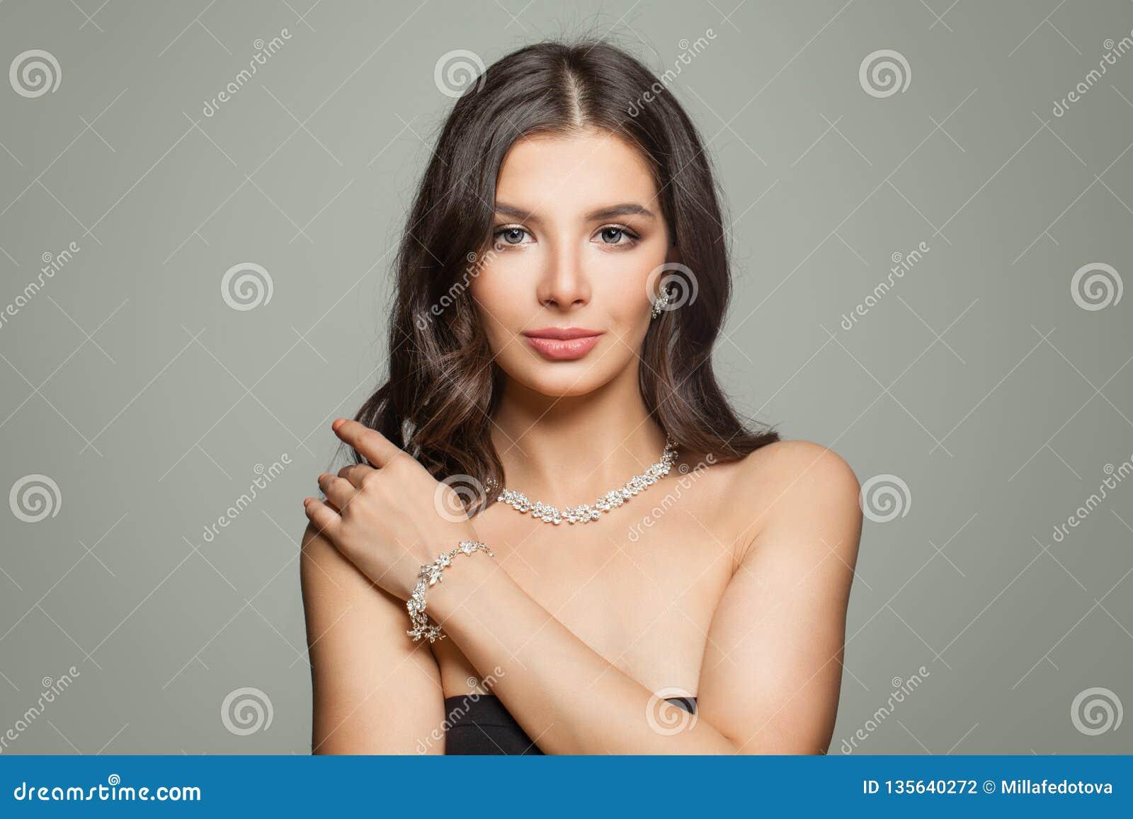 Glamorös smyckenmodell Perfekt brunettkvinna