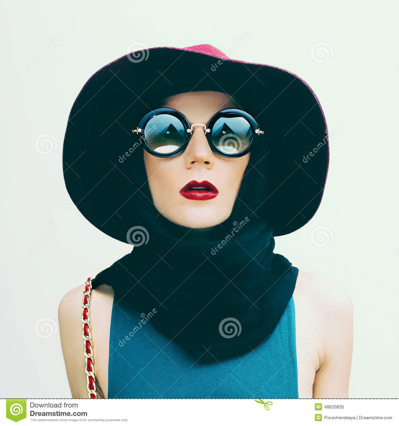 Glamorous Lady In Vintage Hat And Sunglasses Trend