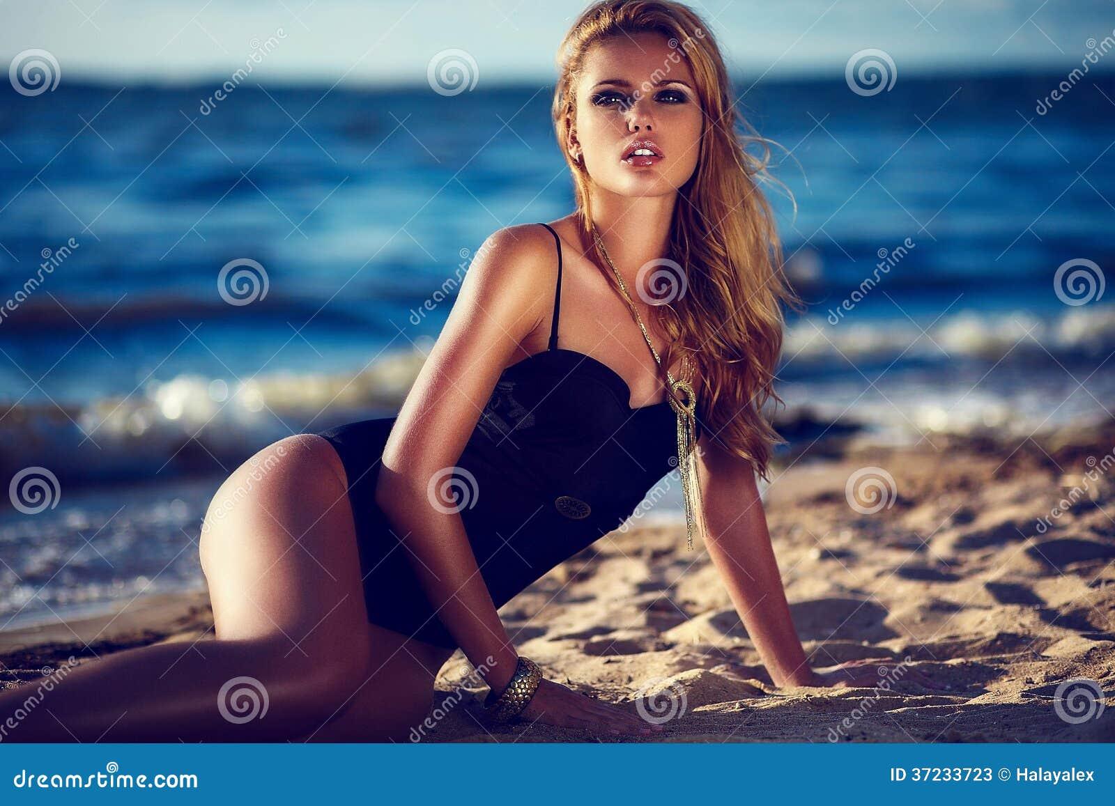 Glamourcloseupstående av modellen för ung kvinna för härlig sexig stilfull brunett den Caucasian med ljus makeup, med solbadat per