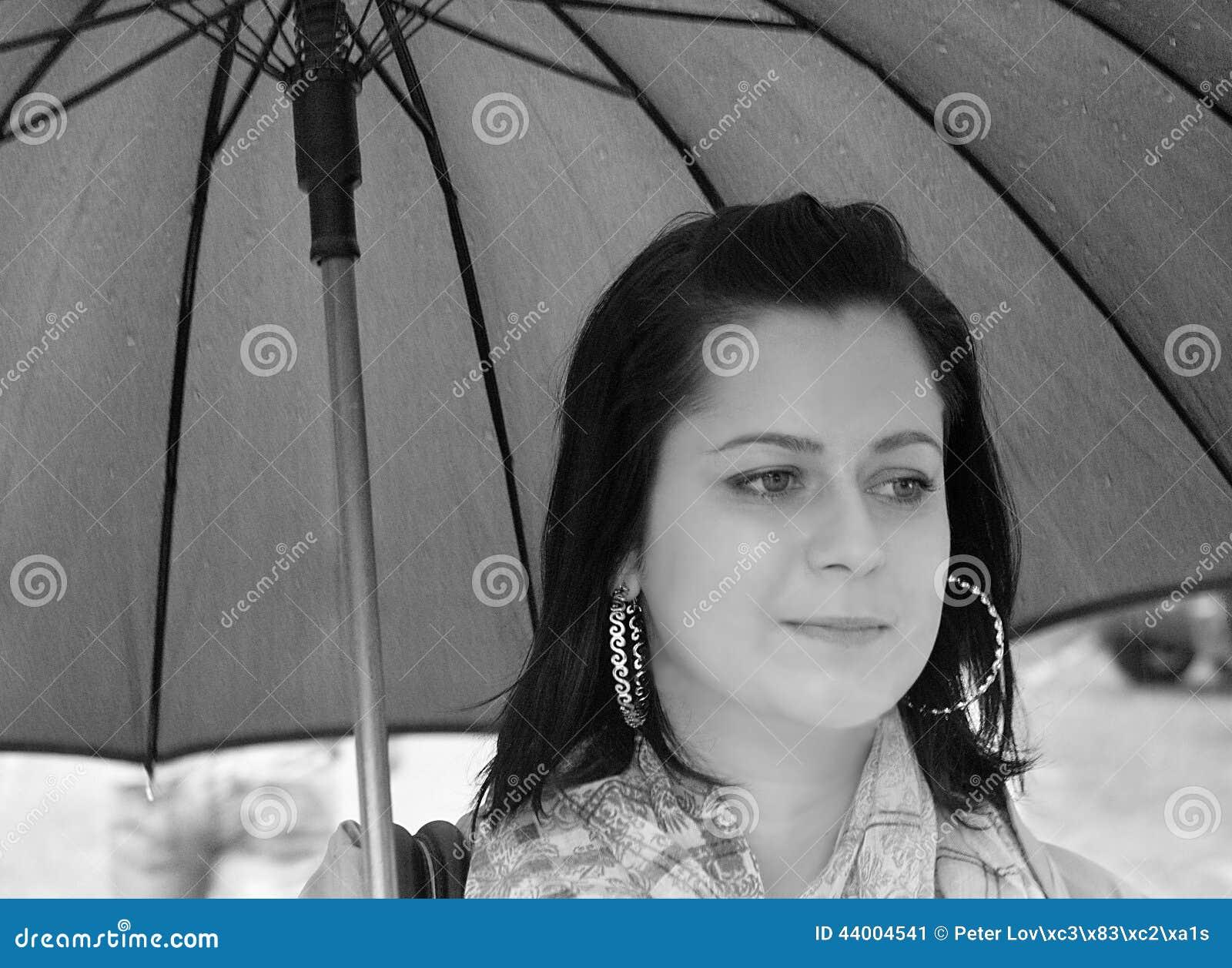 Glamourflicka i regnet