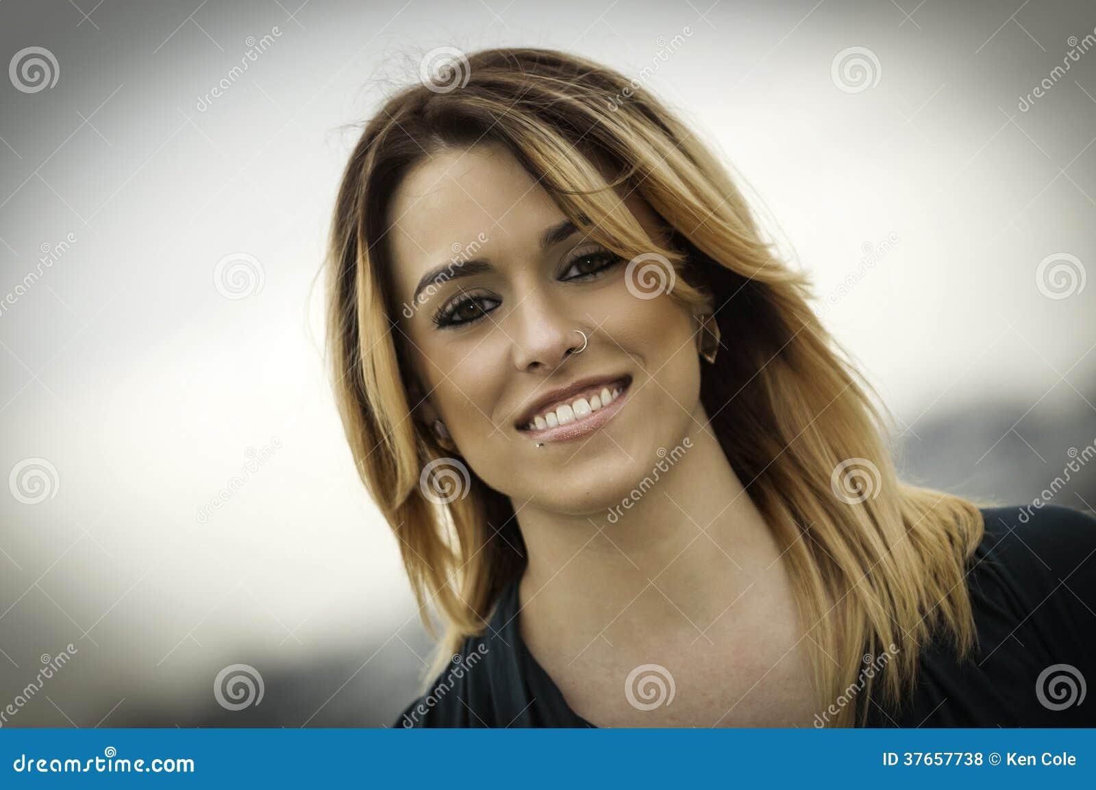 Glamourous женщина с кольцом носа