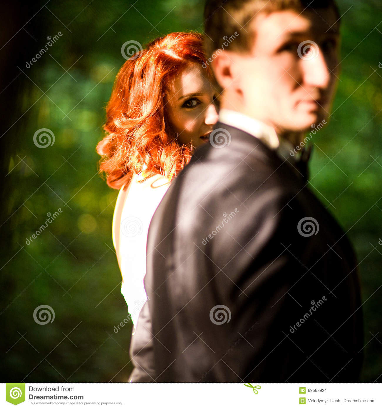 glance of the redhead bride next to the groom