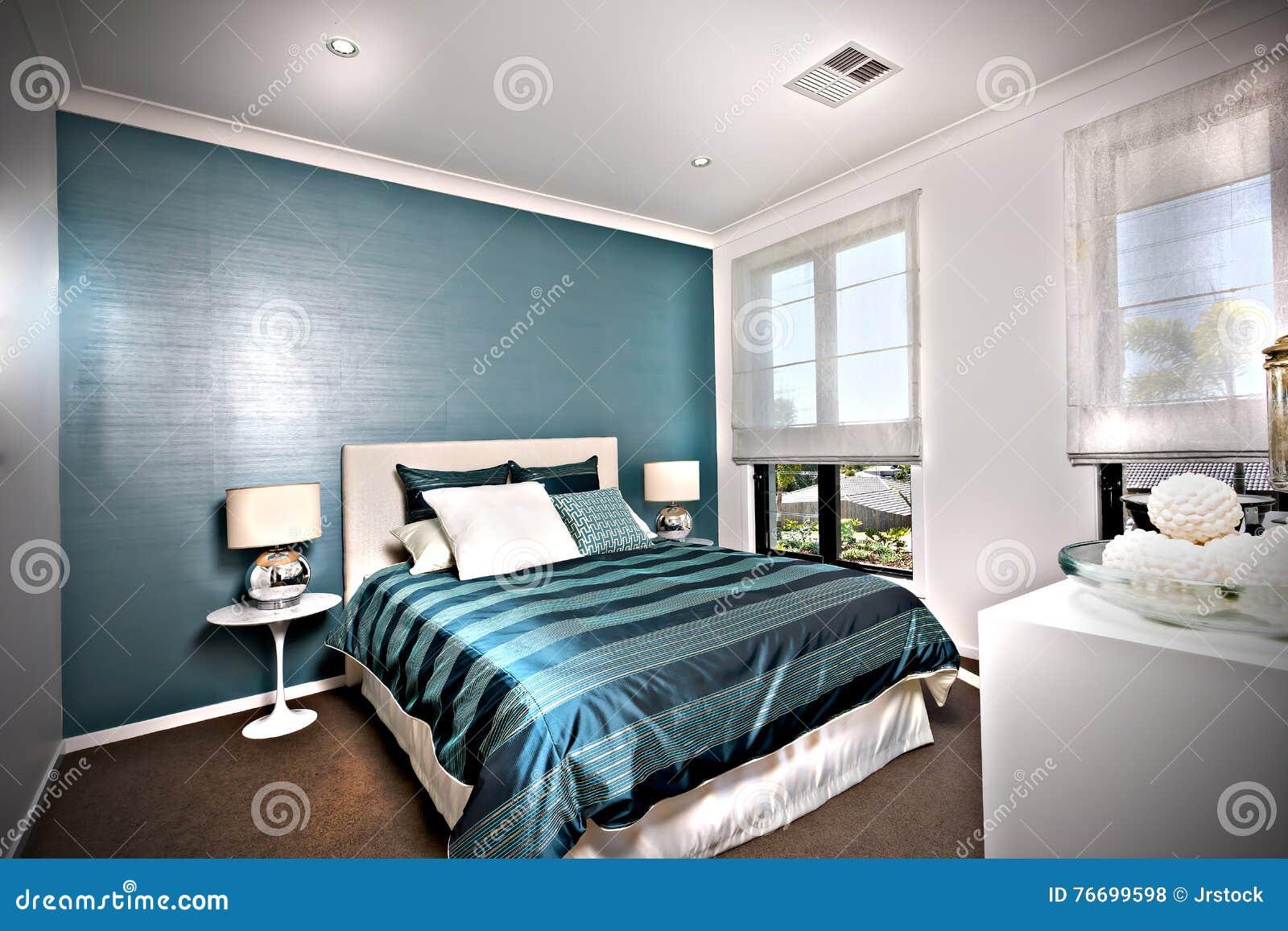 Glanzende en blauwe decoratieve slaapkamer met witte muren stock