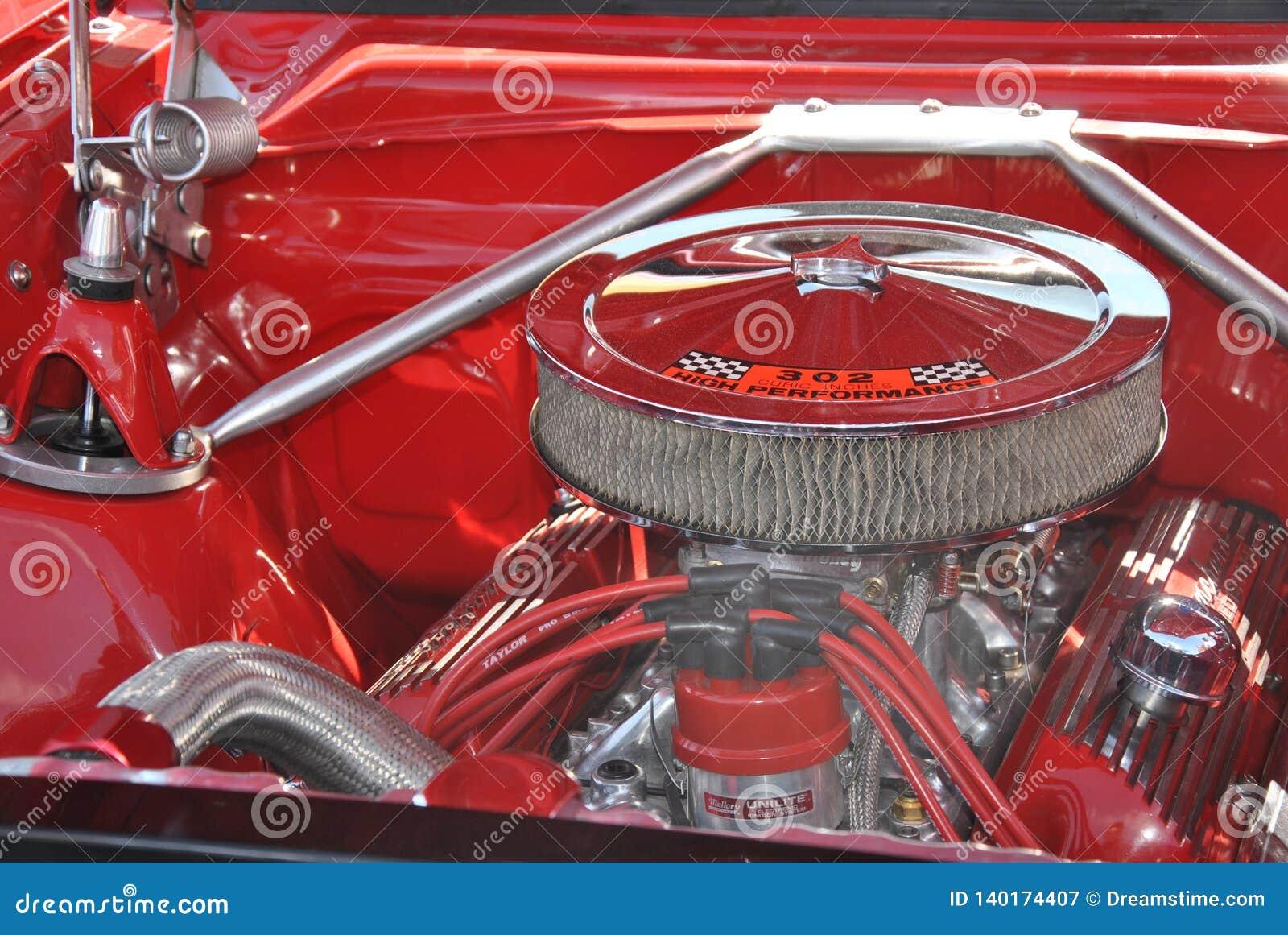 Glanzende verchroomde motor van oude rode vrachtwagen