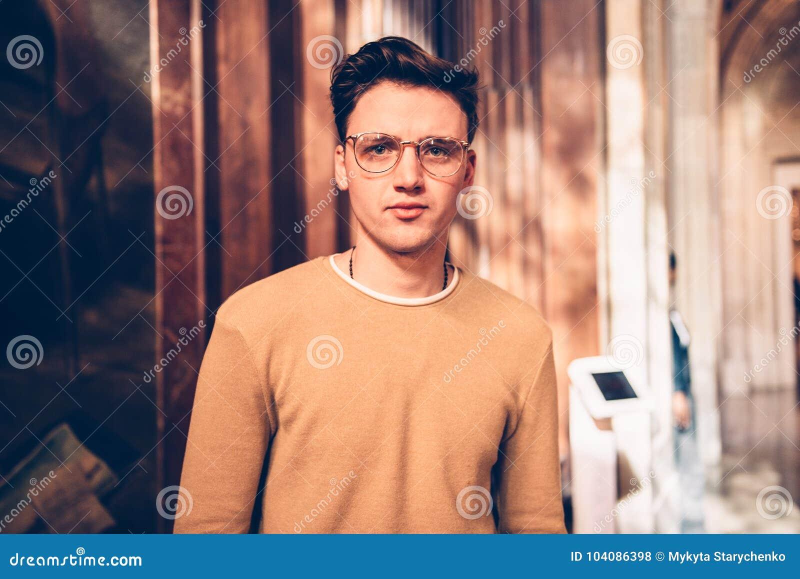 Glasögon för stilig man för student bärande och besökakonstgalleri i museum