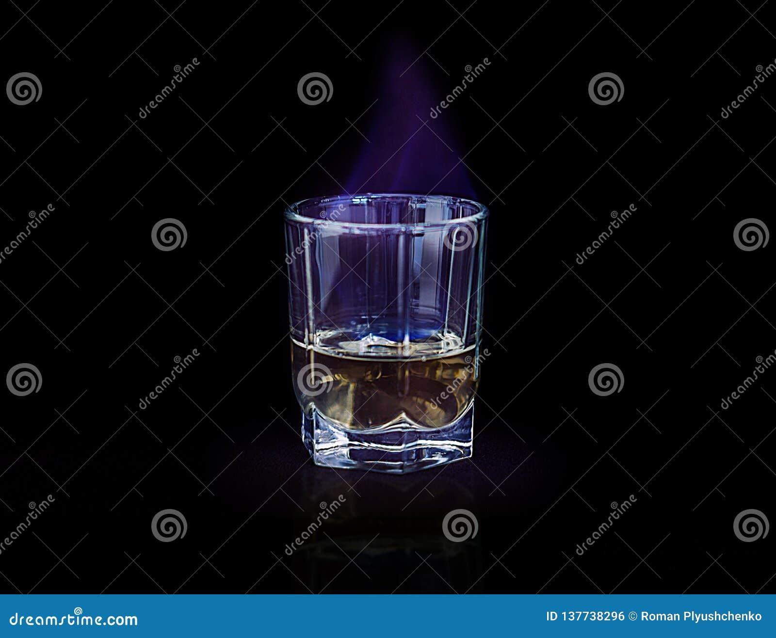 Glas Alkohol blaue Flamme brennend