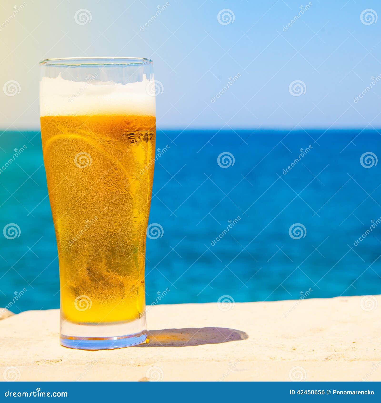 Glas Bier an der Sommerzeit nahe Meer