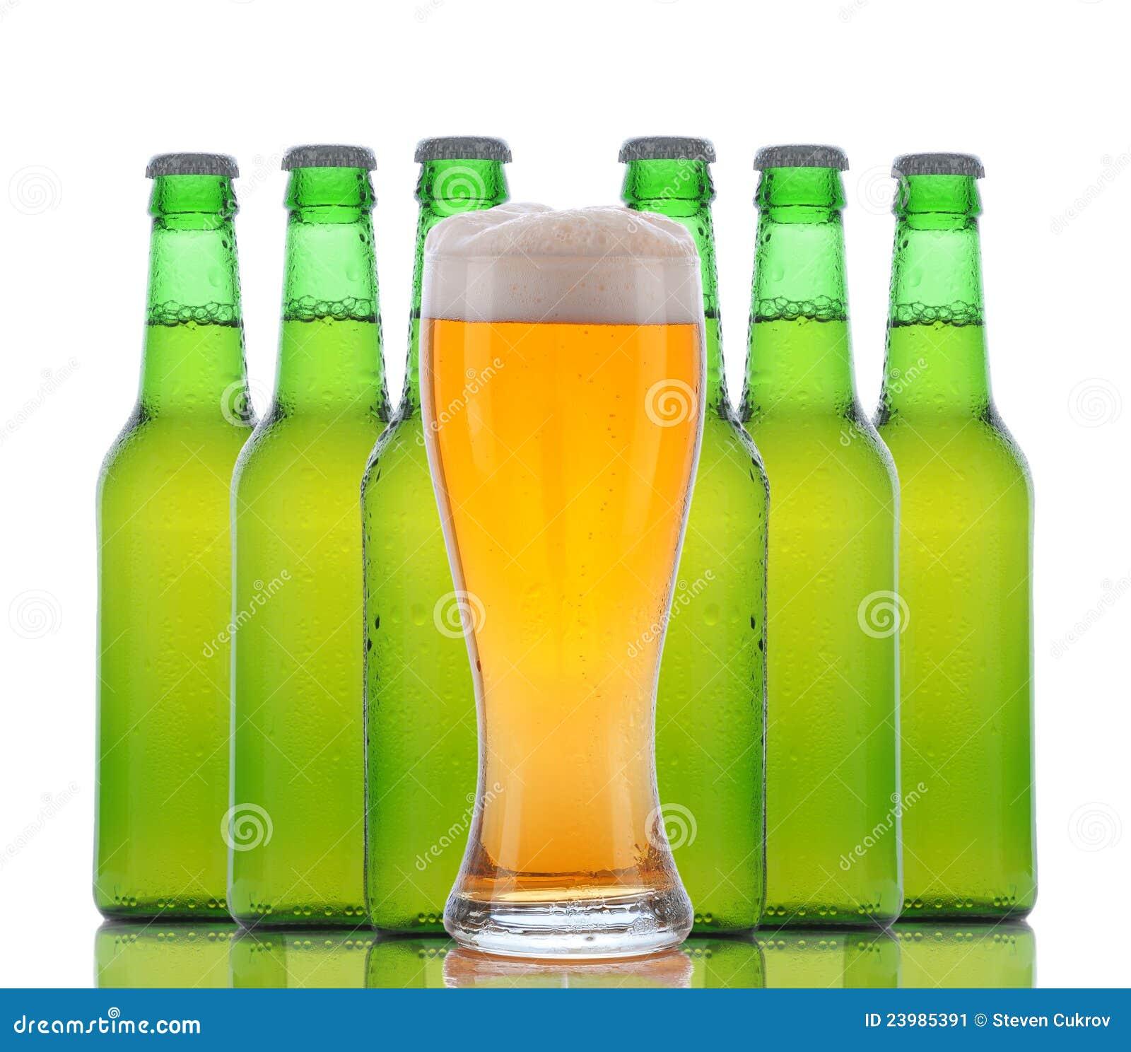 Glas Bier met erachter Flessen