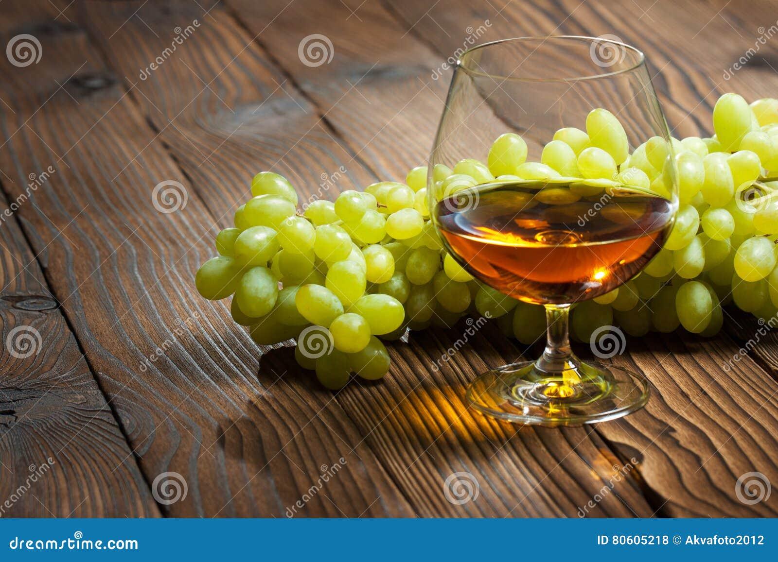 Glas cognac en bos van druiven
