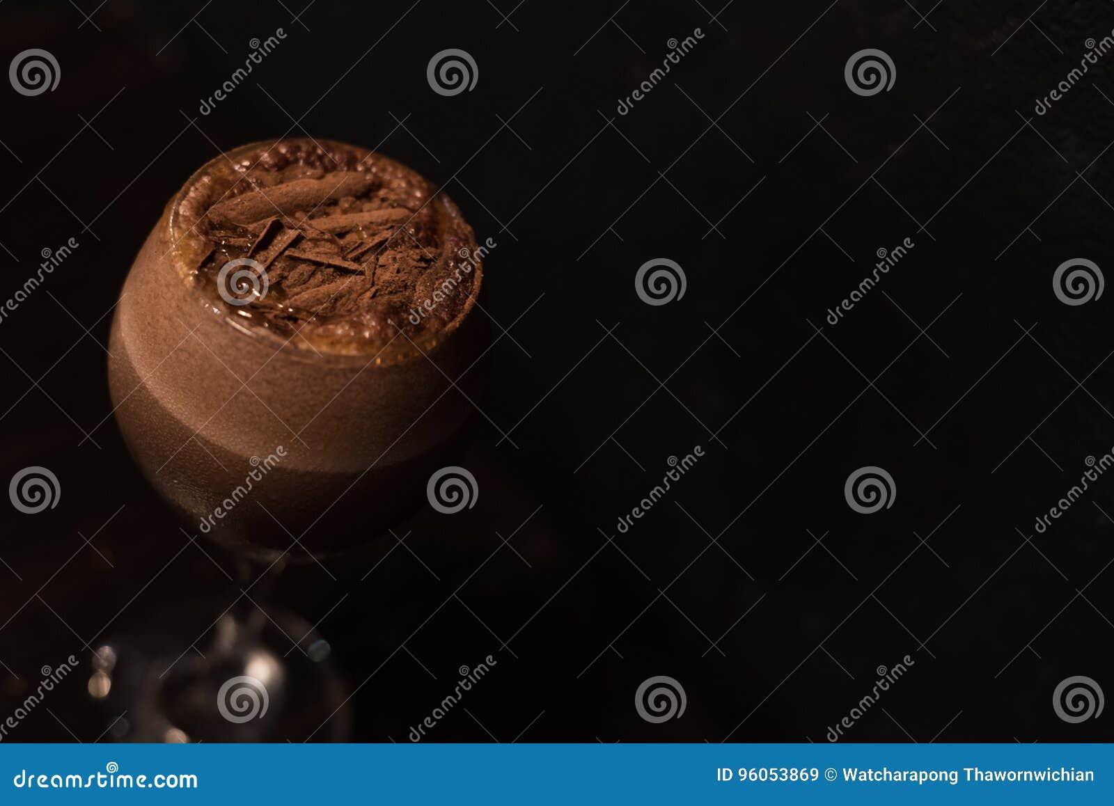 Glas des Schokoladen- oder Kaffeecocktails in der zurückhaltenden Beleuchtung