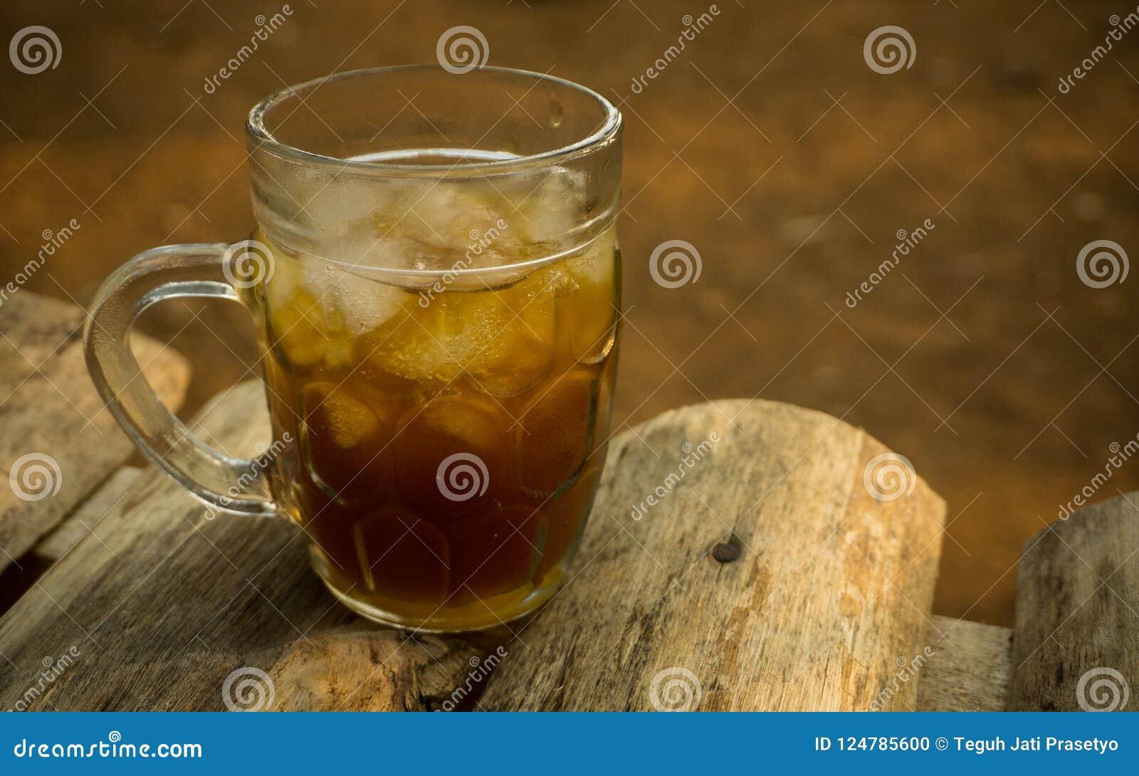 Glas Eistamarindentee asem jawa Flüssigkeit auf Holztisch