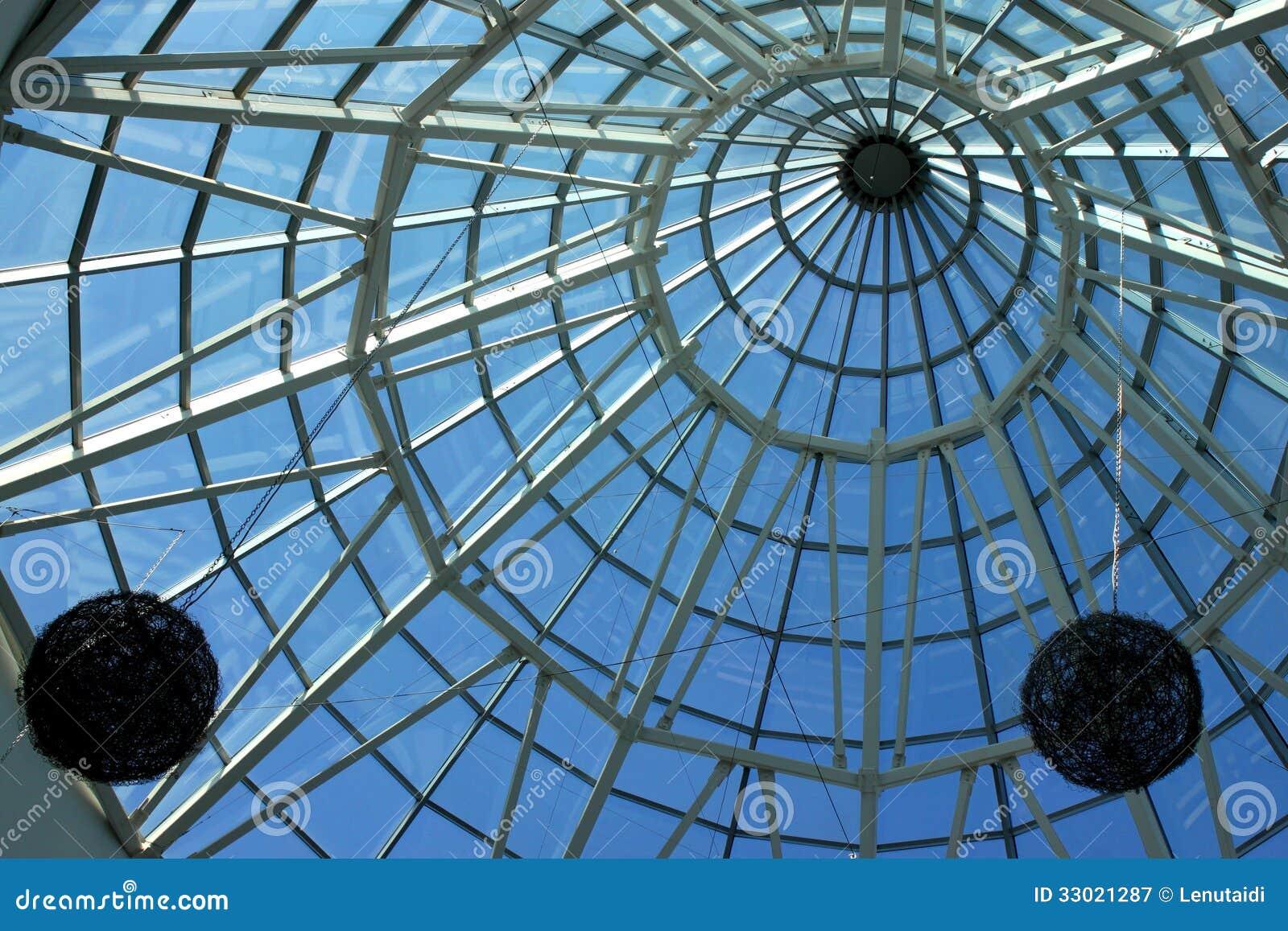 Glas en staalplafond met decoratie