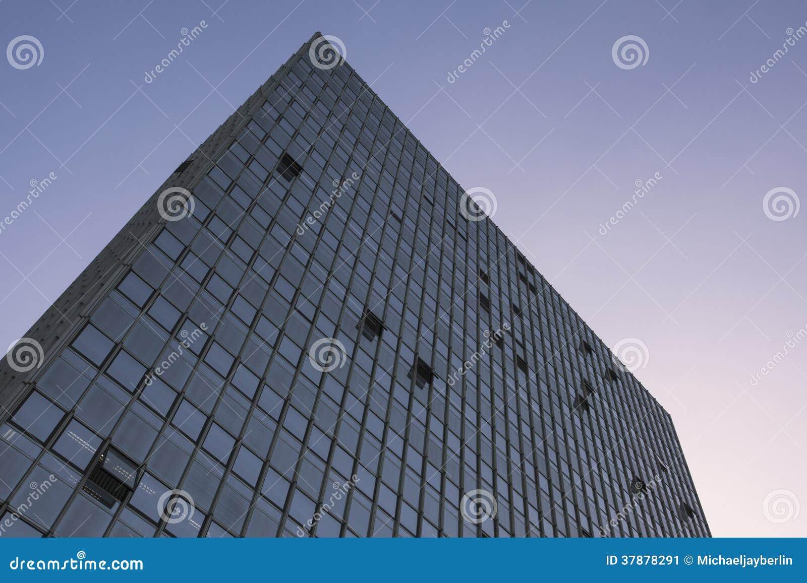 Glas en staalwolkenkrabber, wolkenloze middaghemel