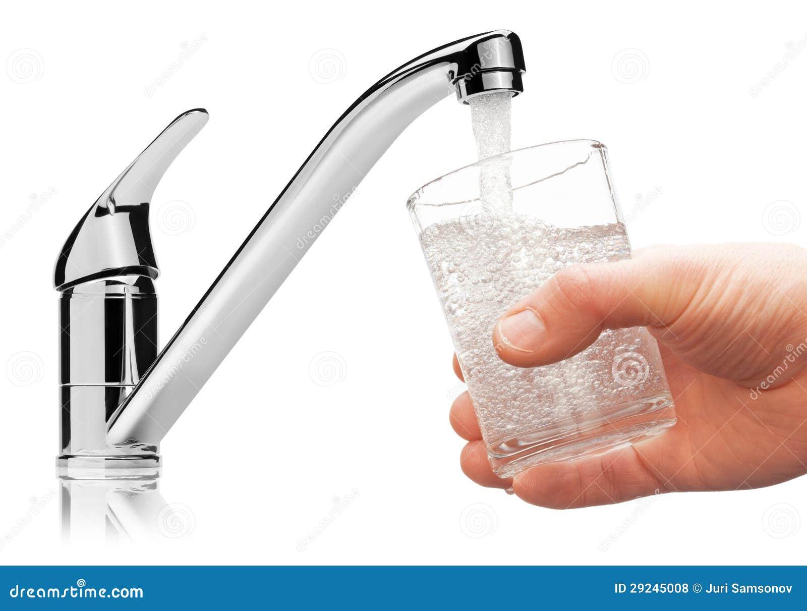 Glas gefüllt mit Trinkwasser vom Hahn.