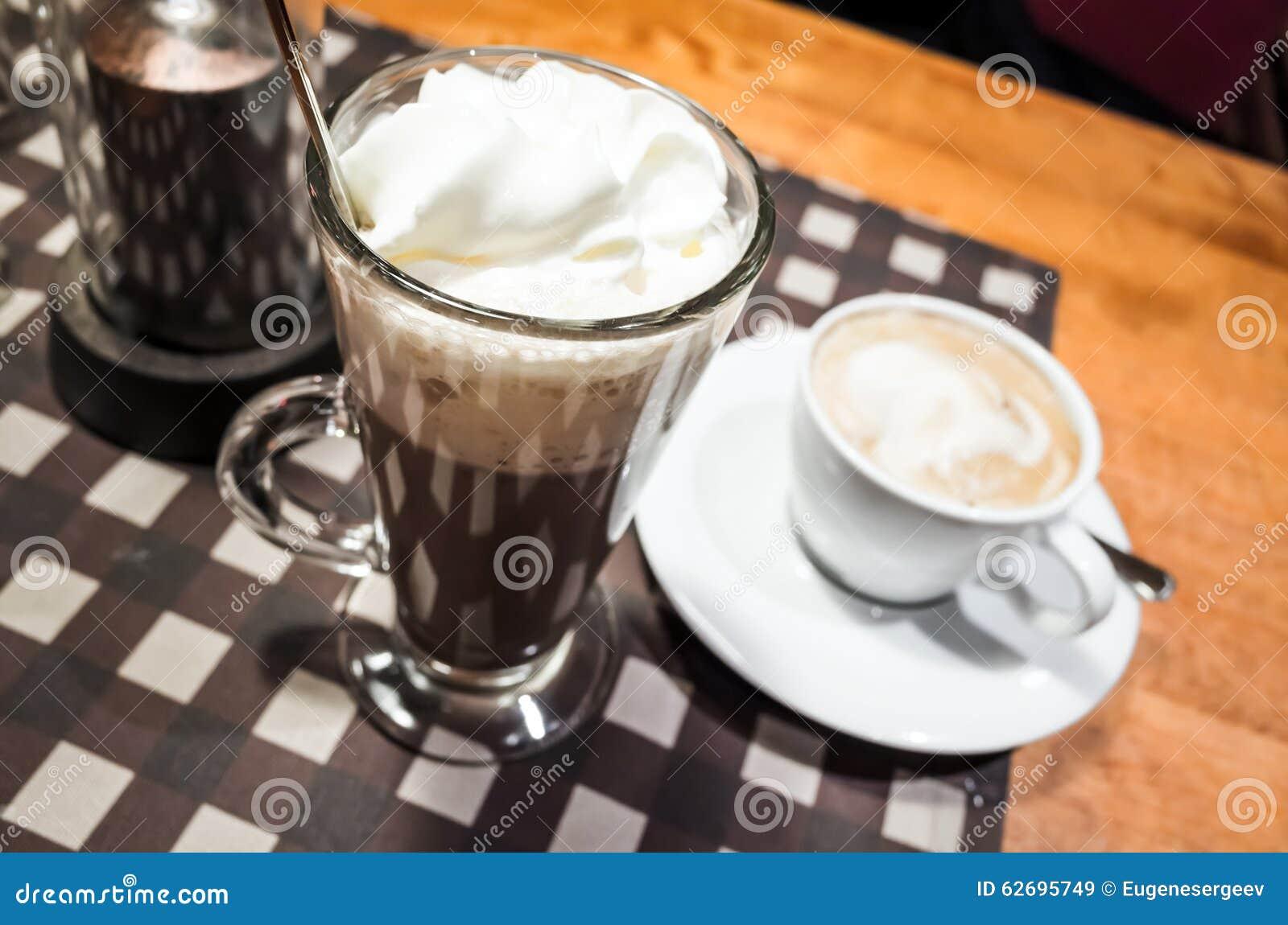 Glas hete chocolade en witte kop van cappuccino stock afbeelding afbeelding 62695749 - Chocolade en witte badkamer ...