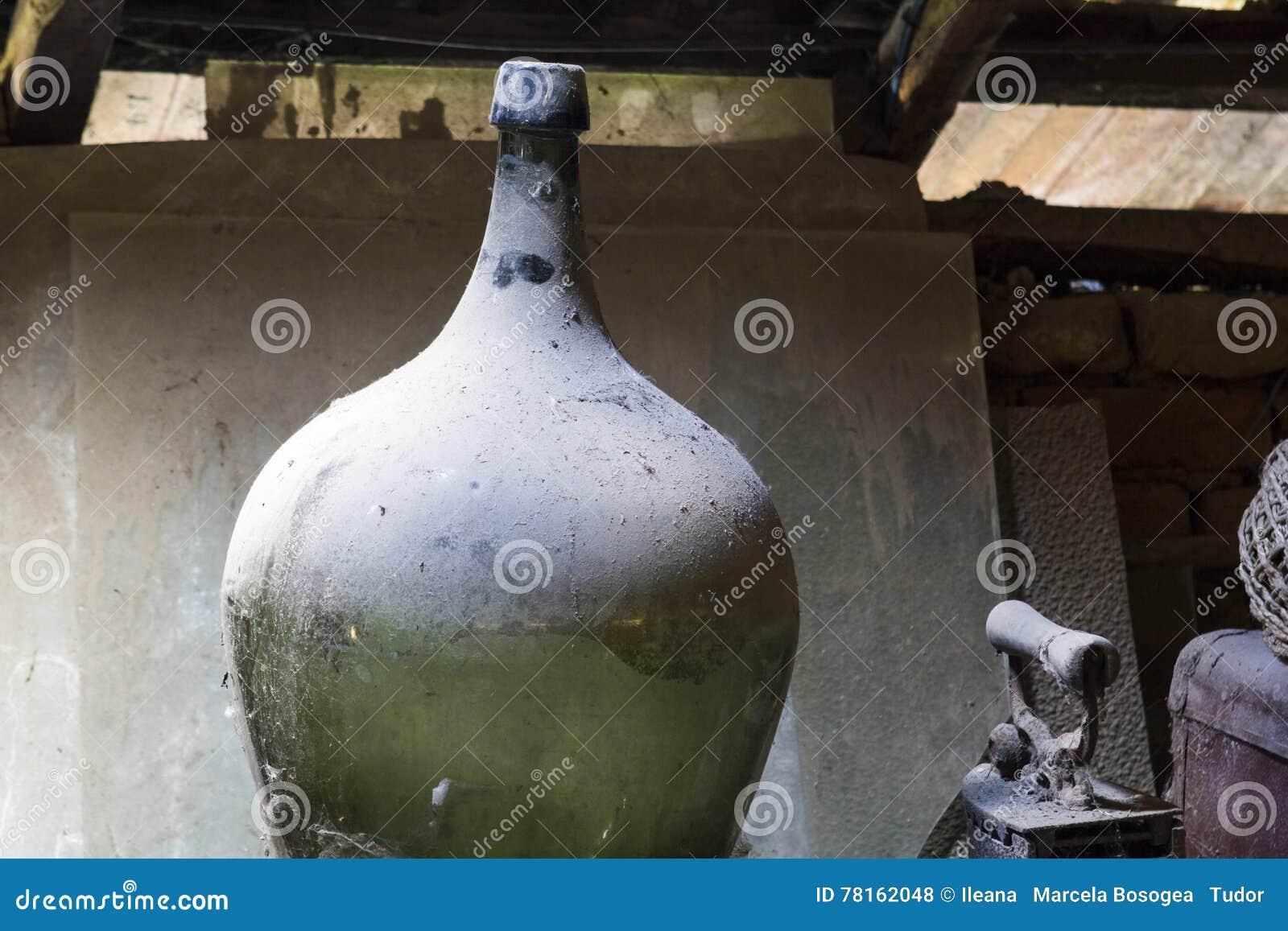 Glas, houten en metaalvoorwerpen in de zolder met stof en spiderwebs