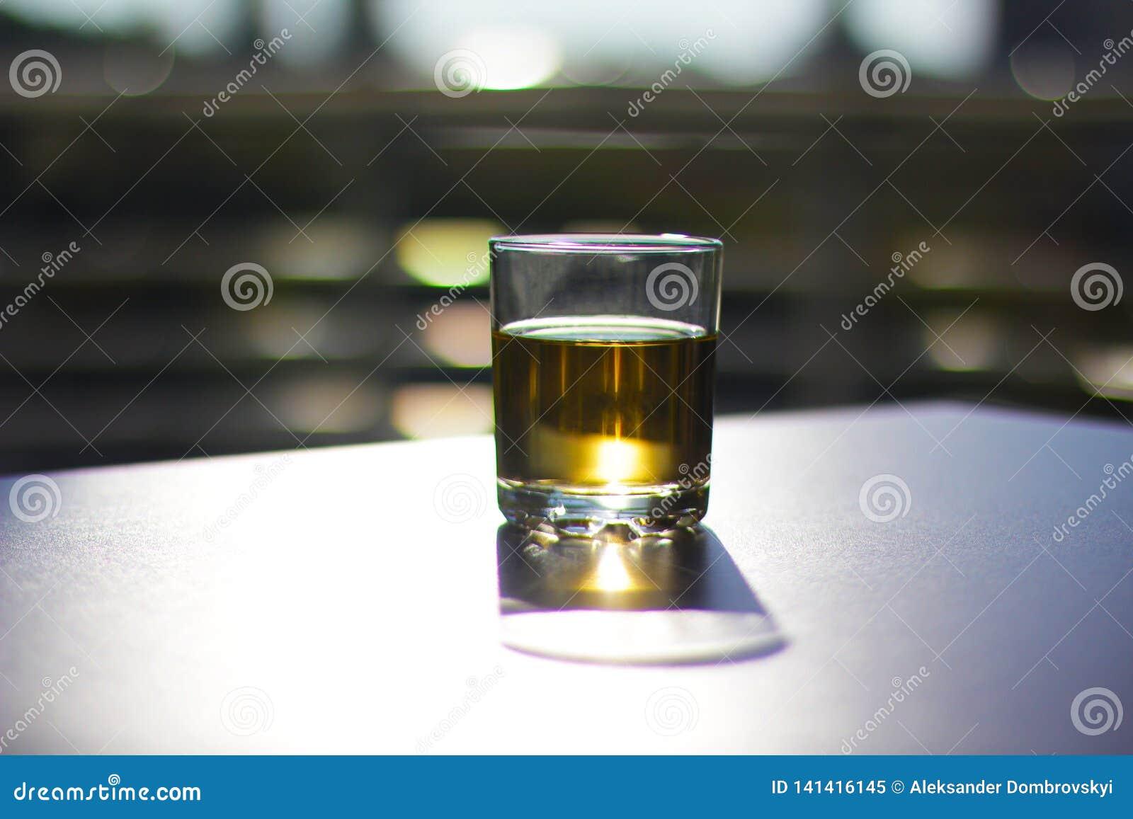 Glas met drank op de zwarte bovenkant