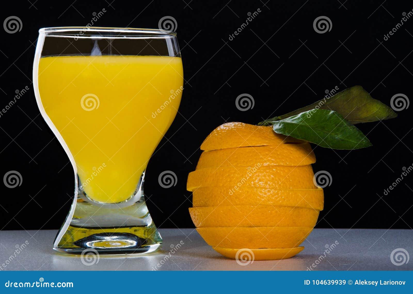Download Glas Met Jus D'orange, Een Besnoeiingssinaasappel Stock Afbeelding - Afbeelding bestaande uit schuim, glas: 104639939