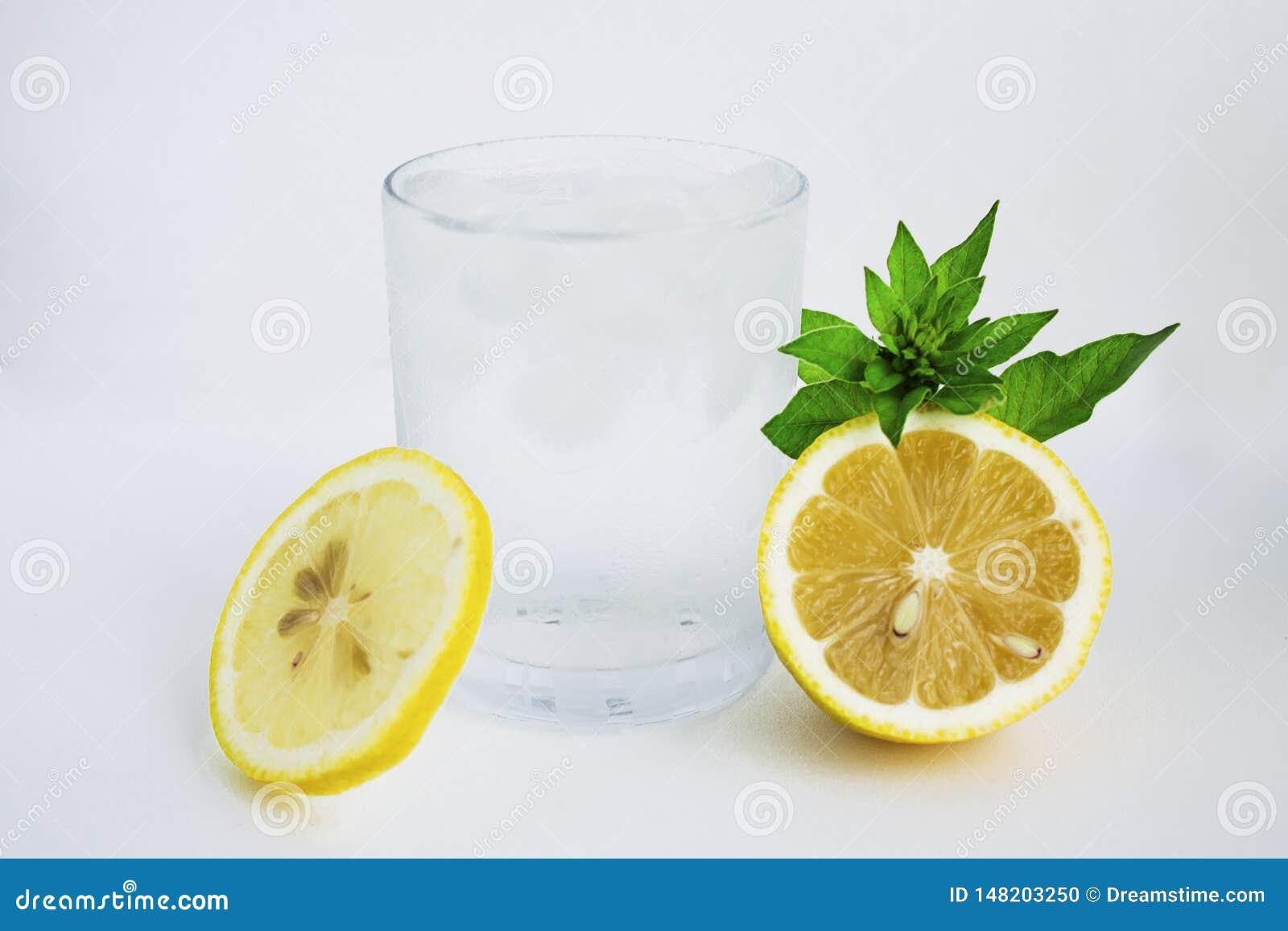 Glas met koud water, citroen en munt Koel water op een witte achtergrond
