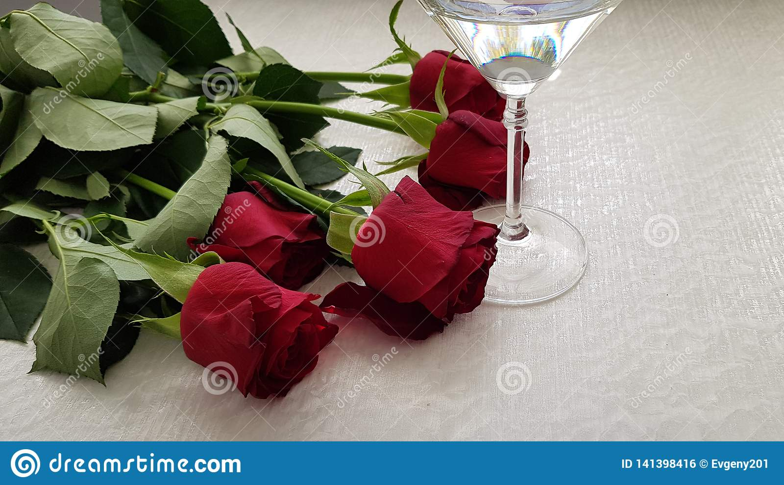 Glas met wijnstok op witte lijst
