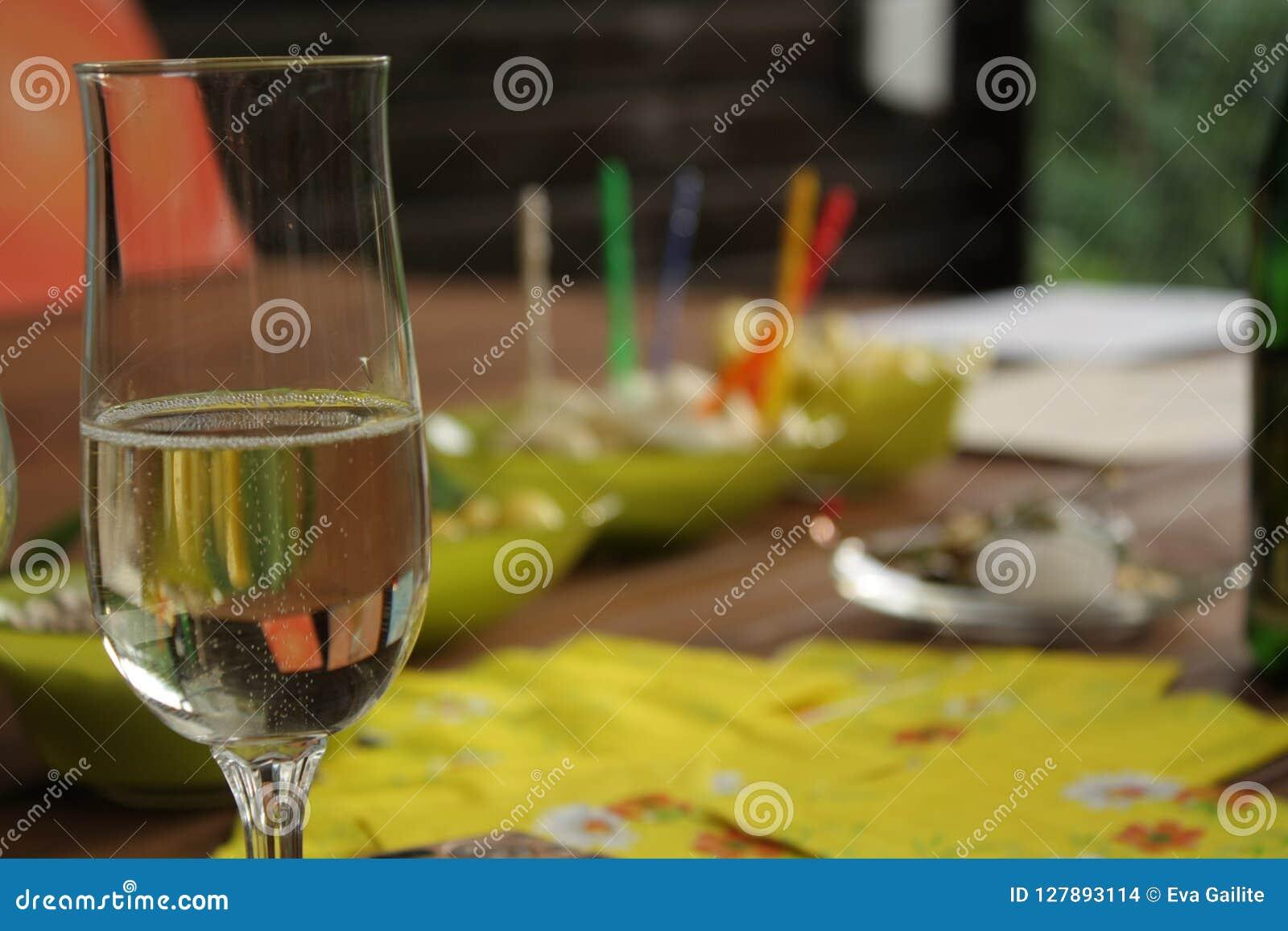 Glas mit funkelndem Getränk in der Parteizeit